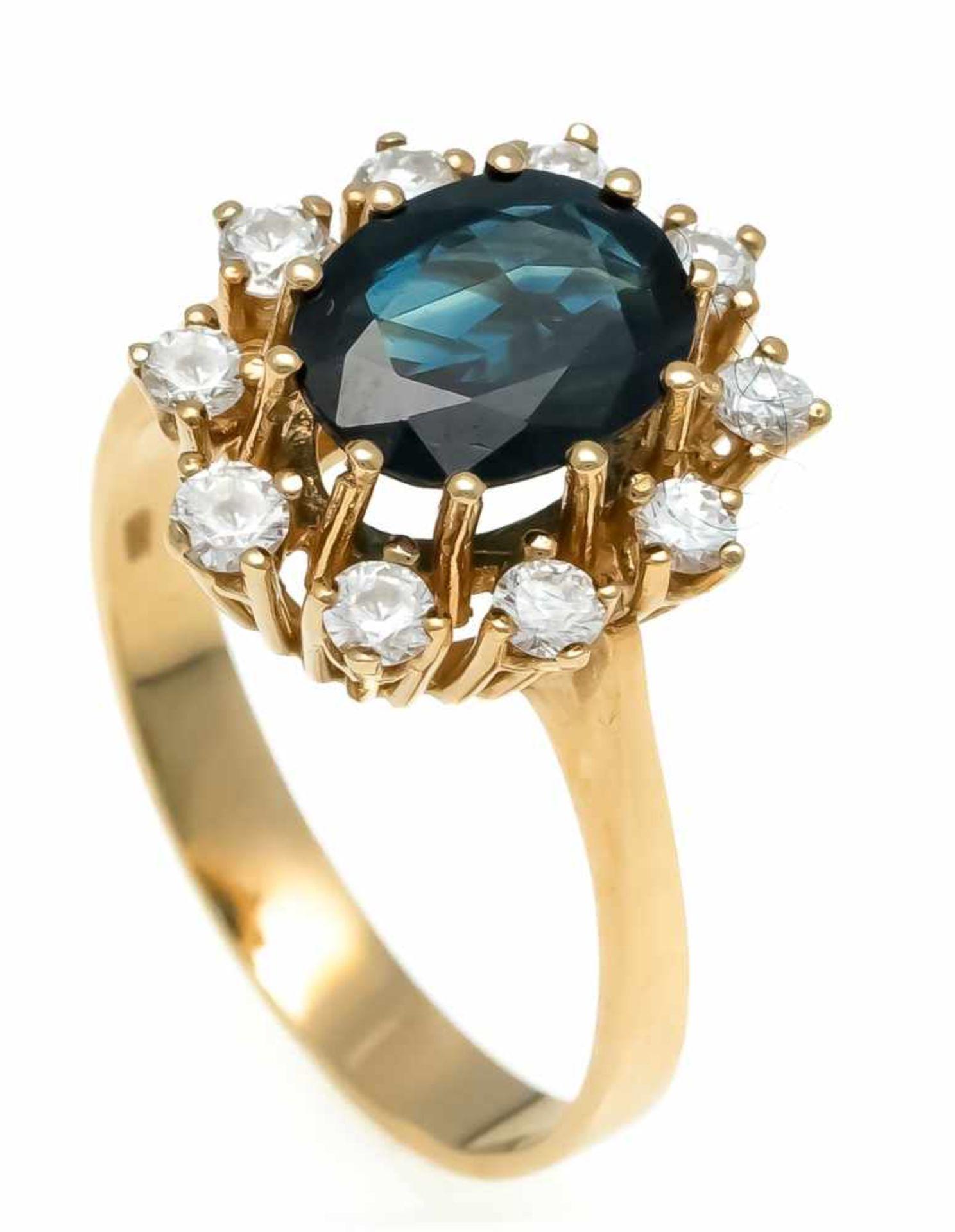 Saphir-Brillant-Ring GG 585/000 mit einem oval fac. Saphir 9 x 7 mm und 10 Brillanten, zus. 0,40