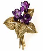 Blumenstrauß-Brosche GG 585/000 mit fein geschnitzten Amethyst-Blüten und 3 Brillanten, zus. 0,09 ct