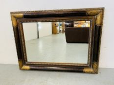 A QUALITY ARQADIA REPRODUCTION ANTIQUE STYLE RECTANGULAR WALL MIRROR WITH BEVELLED PLATE GLASS.