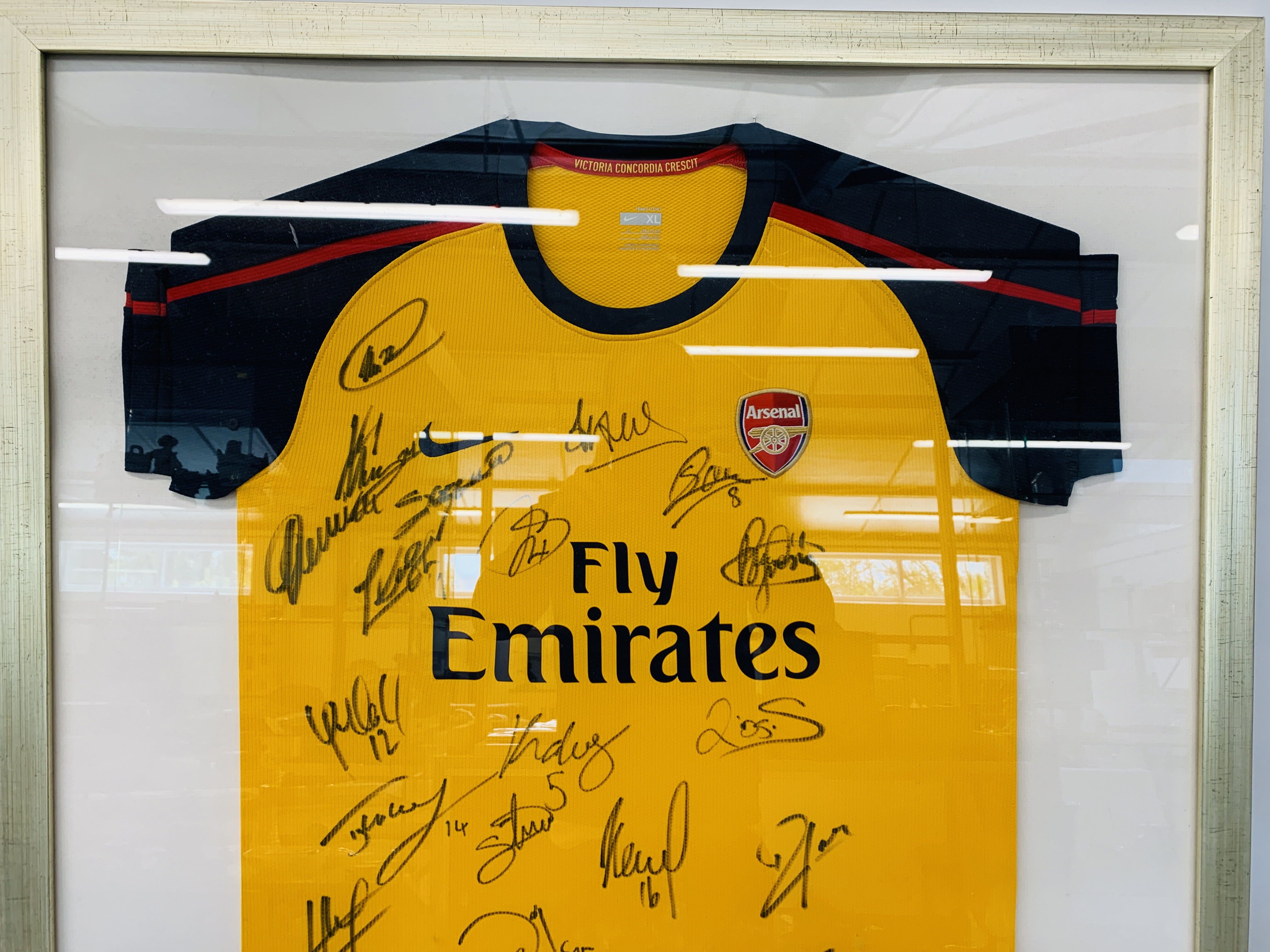 A MULTI SIGNED ARSENAL FOOTBALL SHIRT TEAM SQUAD 2007 / 2008 WITH CERTIFICATE AND FRAMED SIGNED - Image 2 of 13