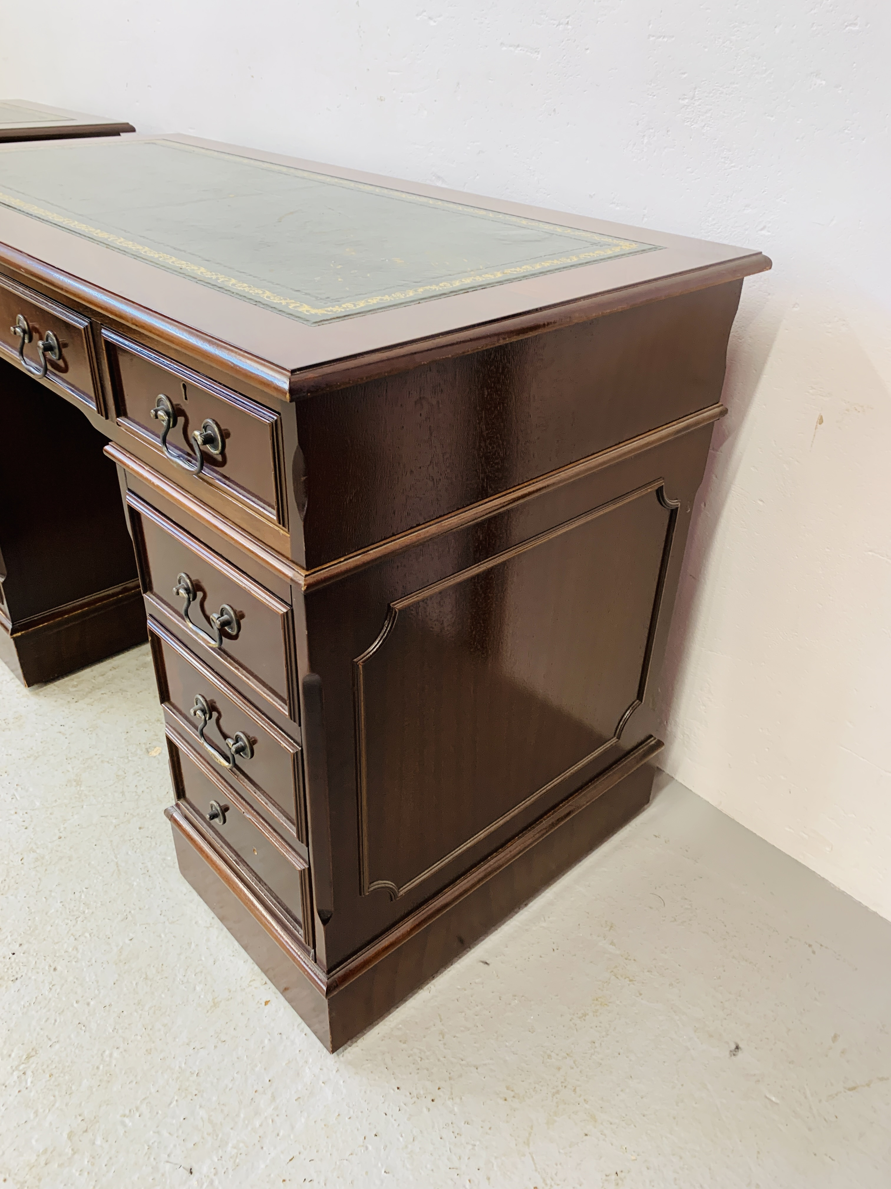 A REPRODUCTION MAHOGANY FINISH NINE DRAWER KNEE HOLE DESK WITH GREEN TOOLED LEATHER INSERT TO TOP - Image 5 of 14
