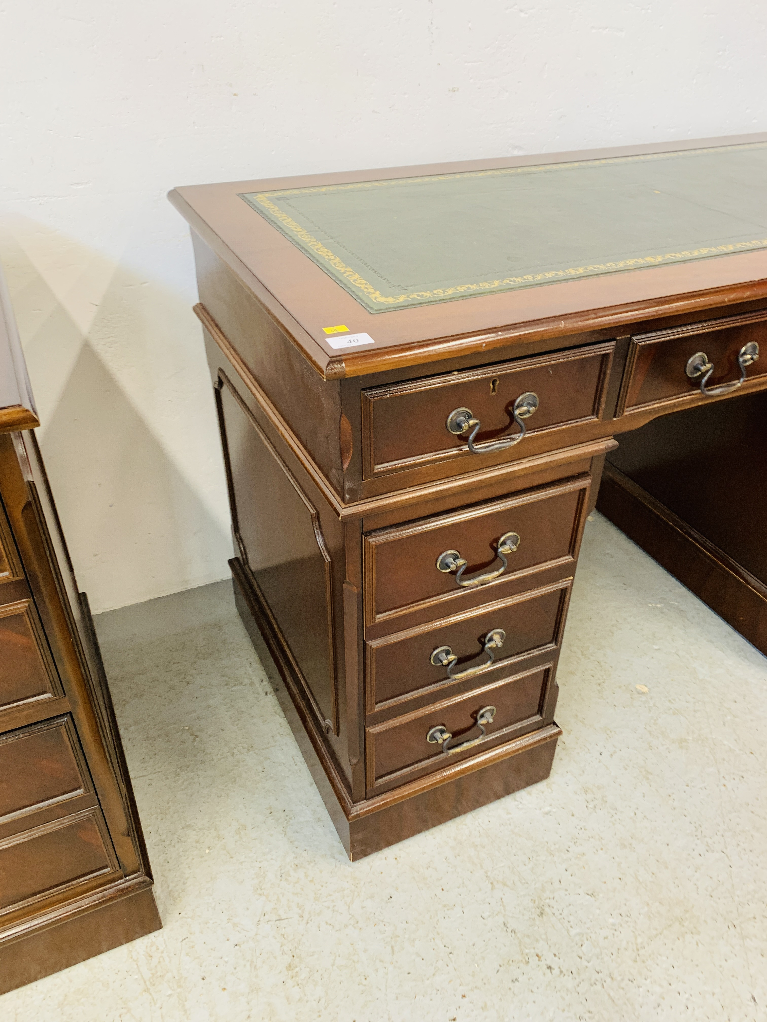 A REPRODUCTION MAHOGANY FINISH NINE DRAWER KNEE HOLE DESK WITH GREEN TOOLED LEATHER INSERT TO TOP - Image 8 of 14
