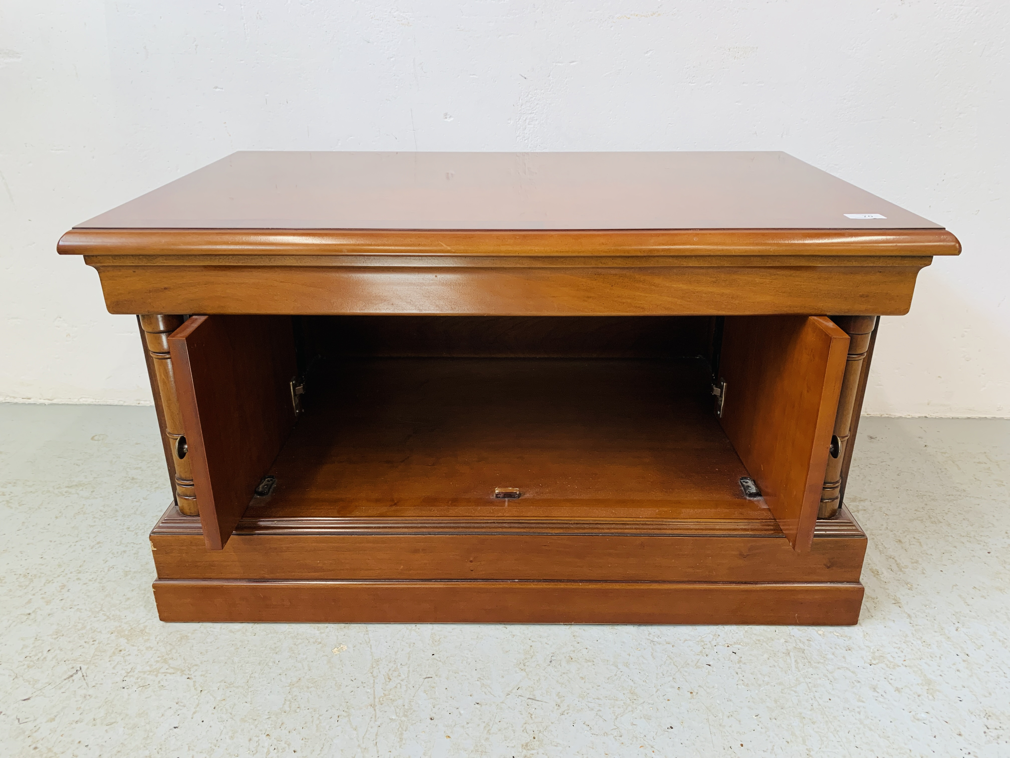 A MODERN CHERRYWOOD FINISH TELEVISION STAND - Image 5 of 7