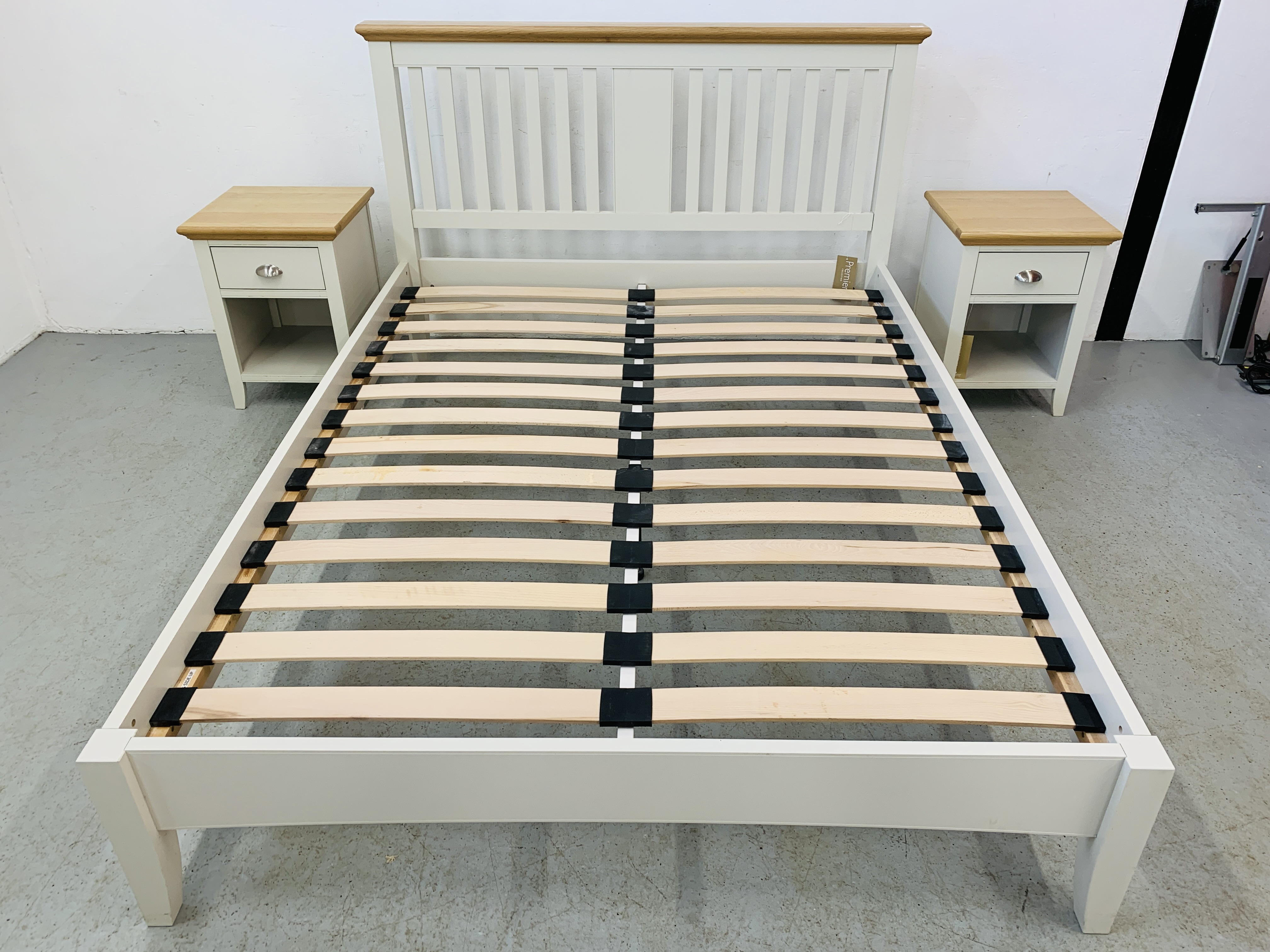 A PREMIER COLLECTION DESIGNER KING SIZE BEDSTEAD WITH MATCHING PAIR OF SINGLE DRAWER BEDSIDE STANDS - Image 3 of 15