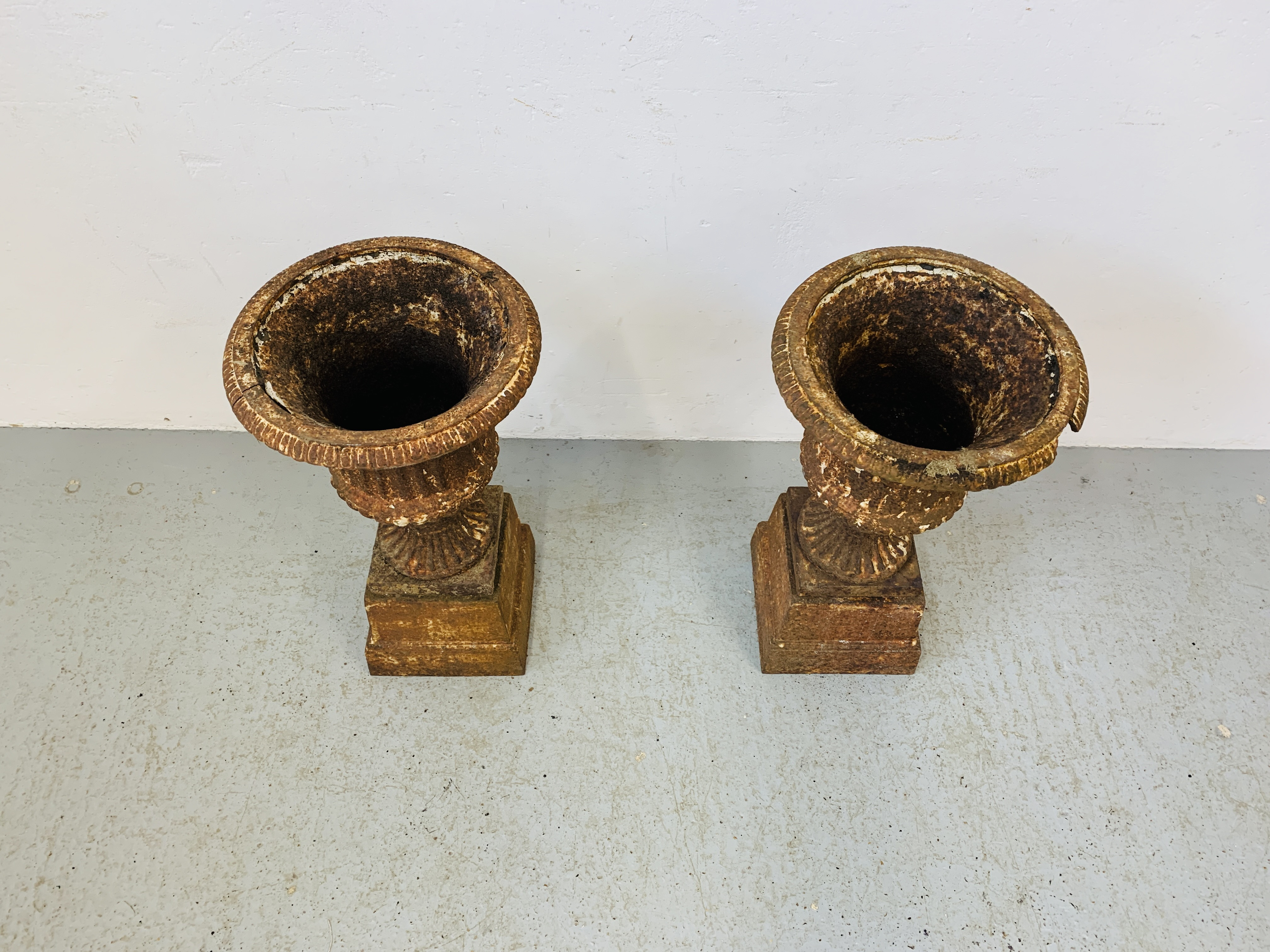 A PAIR OF CAST IRON TULIP SHAPE GARDEN URNS ON STANDS A/F CONDITION - OVERALL HEIGHT 68CM. - Image 2 of 13