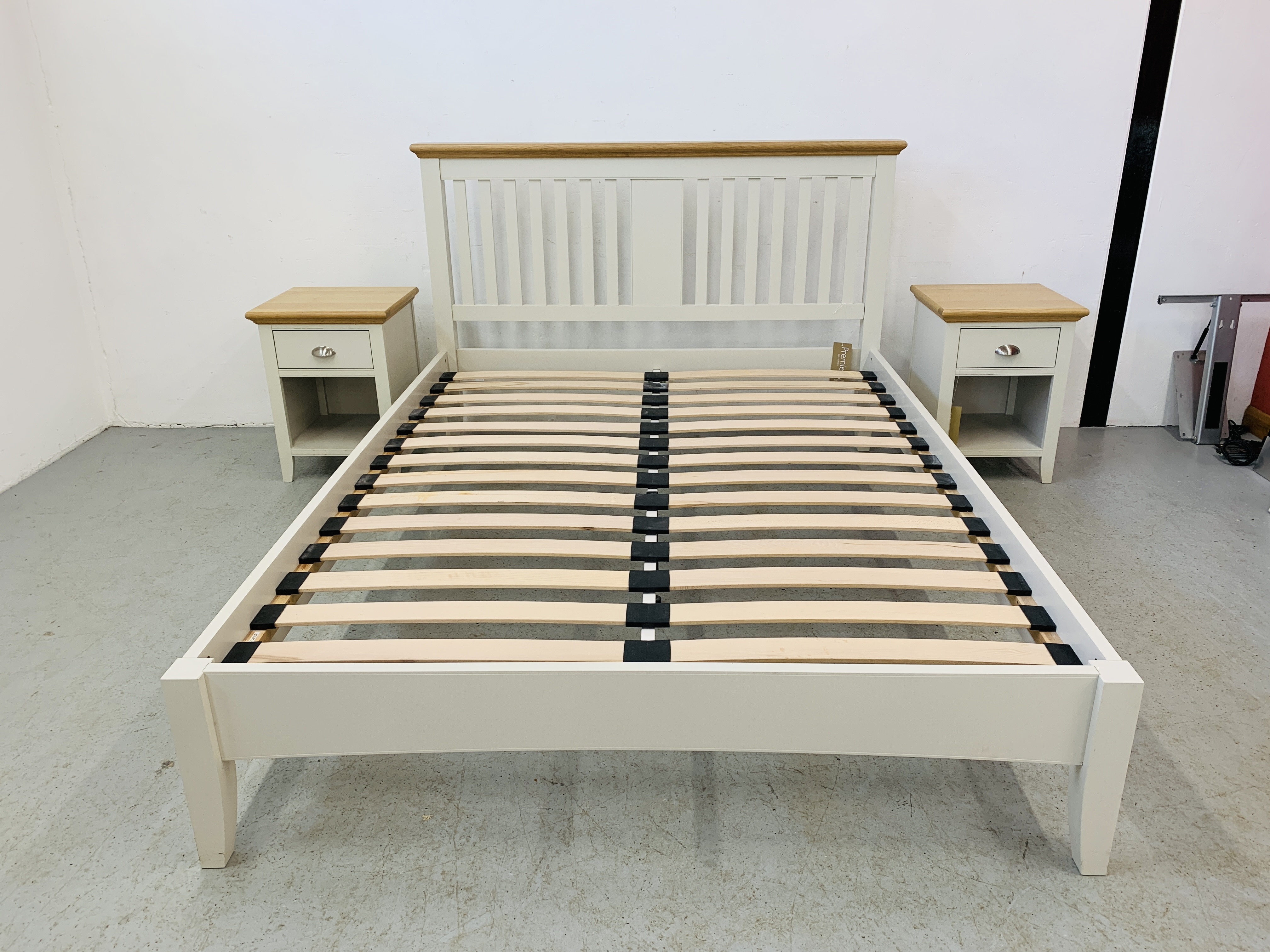 A PREMIER COLLECTION DESIGNER KING SIZE BEDSTEAD WITH MATCHING PAIR OF SINGLE DRAWER BEDSIDE STANDS - Image 2 of 15