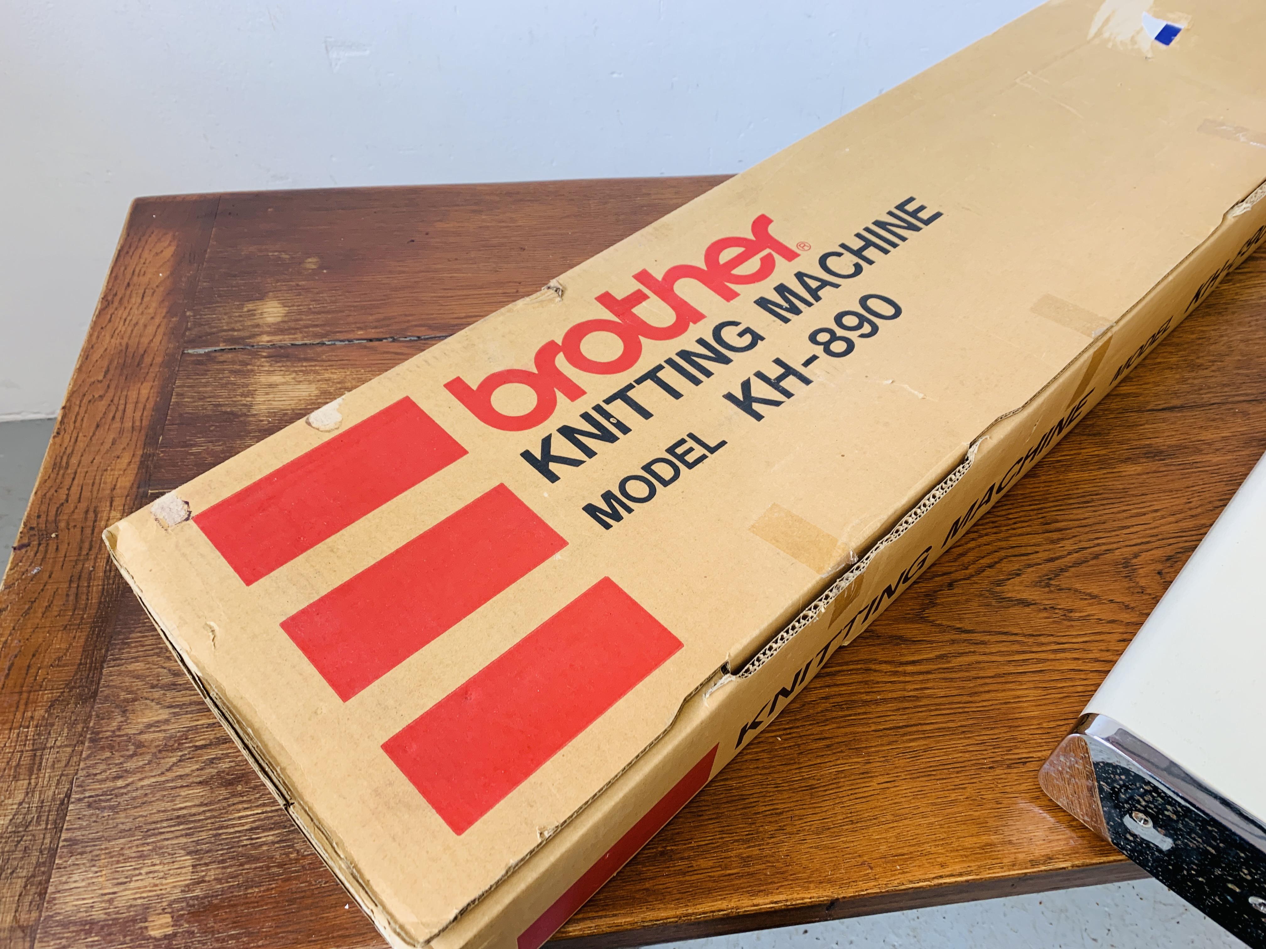 ART KITTEN KNITTING MACHINE MODE DX-1000 SERIAL NO. 97009 + BROTHER KNITTING MACHINE MODEL KH - 890. - Image 7 of 7