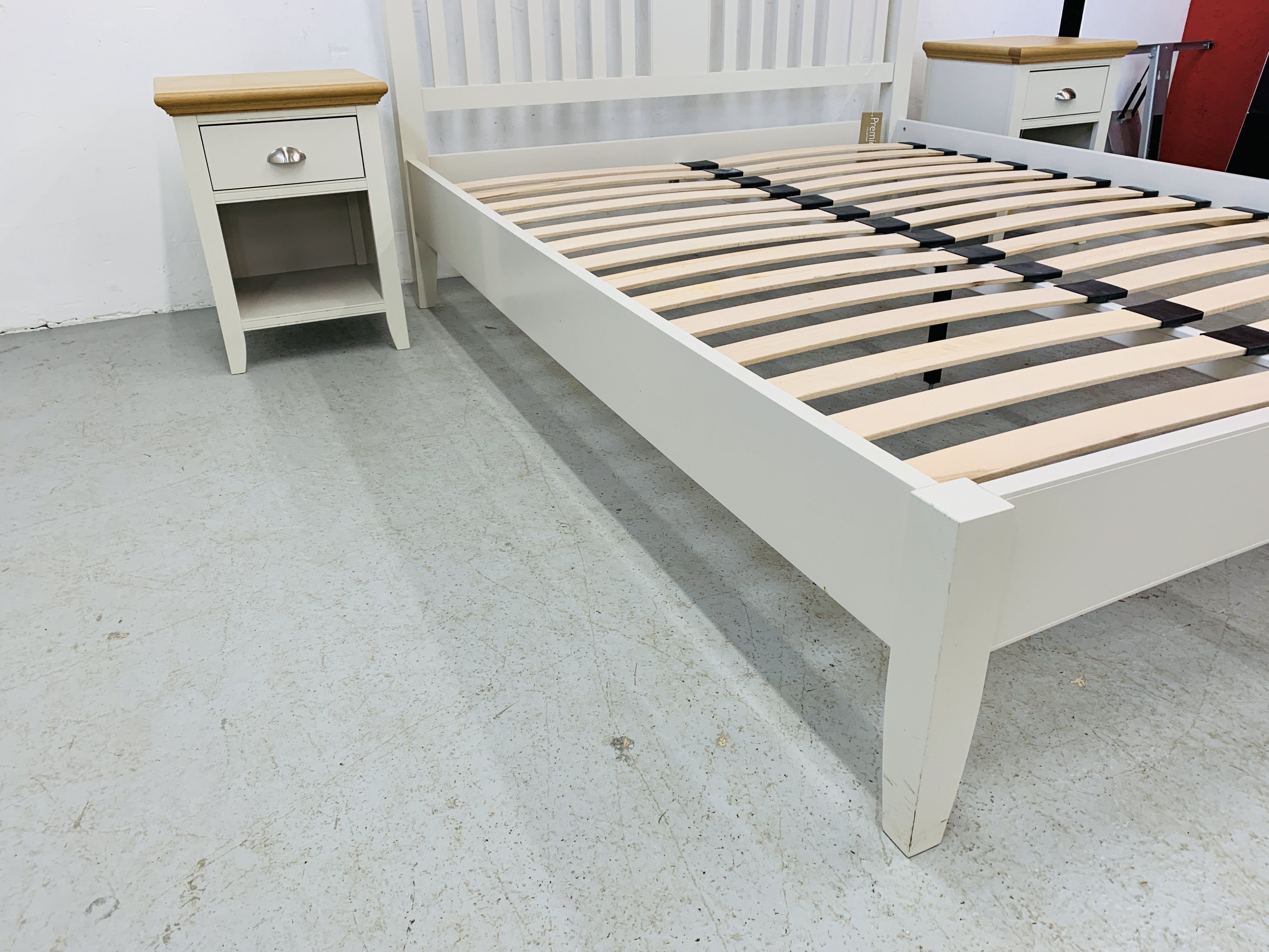 A PREMIER COLLECTION DESIGNER KING SIZE BEDSTEAD WITH MATCHING PAIR OF SINGLE DRAWER BEDSIDE STANDS - Image 4 of 15