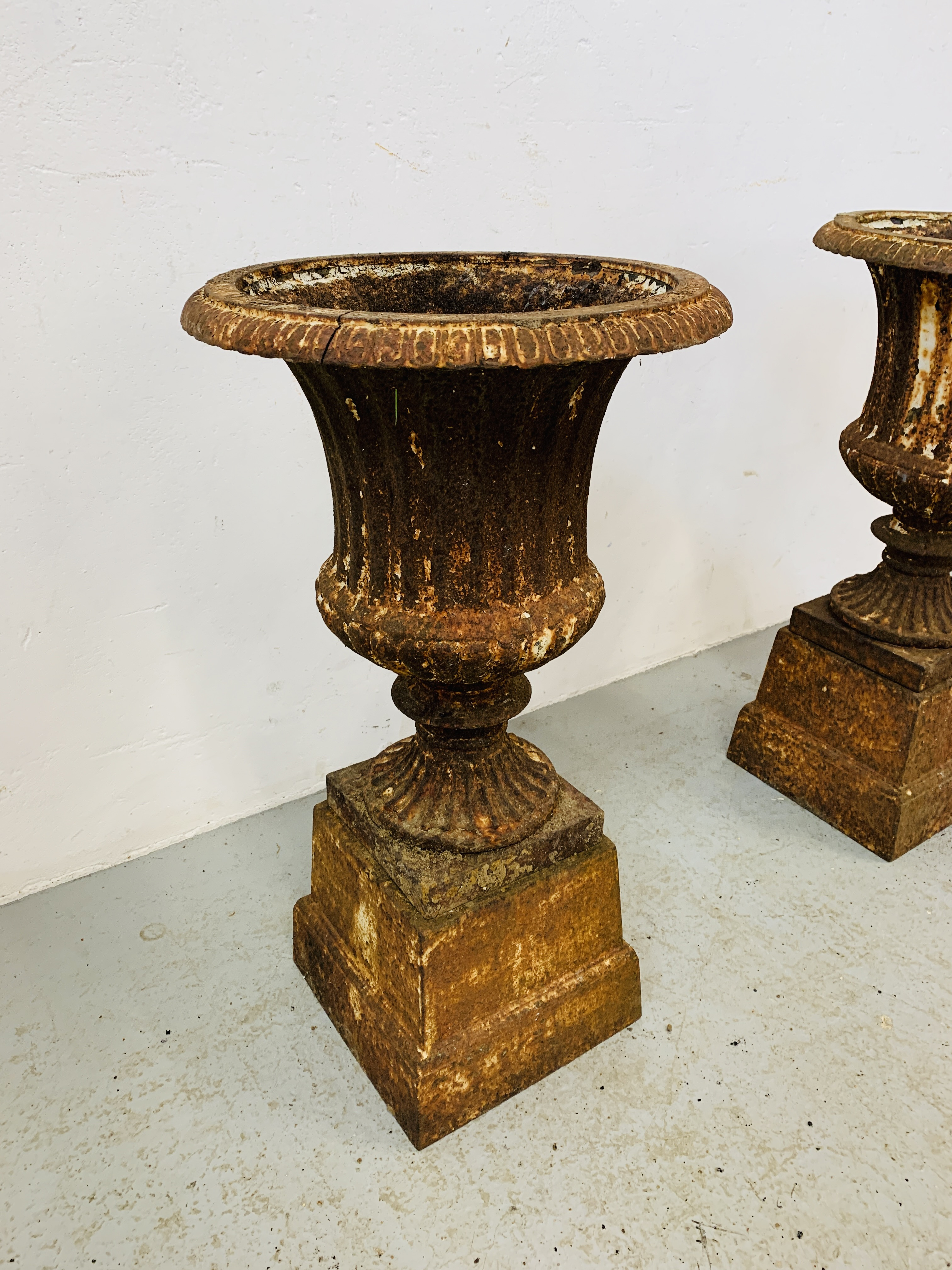 A PAIR OF CAST IRON TULIP SHAPE GARDEN URNS ON STANDS A/F CONDITION - OVERALL HEIGHT 68CM. - Image 4 of 13