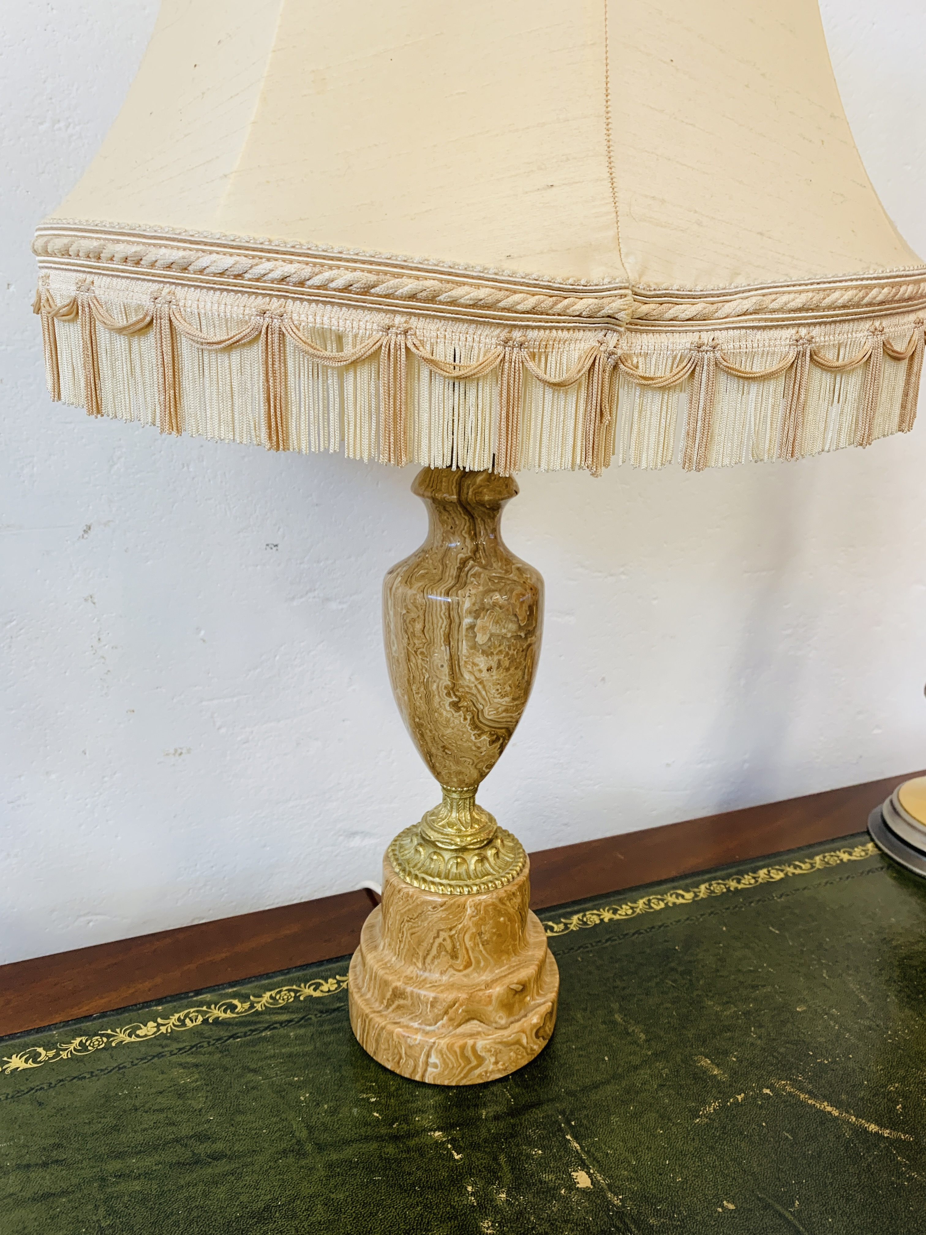 A GOOD QUALITY MARBLE TABLE LAMP ALONG WITH A PAIR OF MODERN POLISHED METAL TABLE LAMPS - SOLD AS - Image 10 of 12