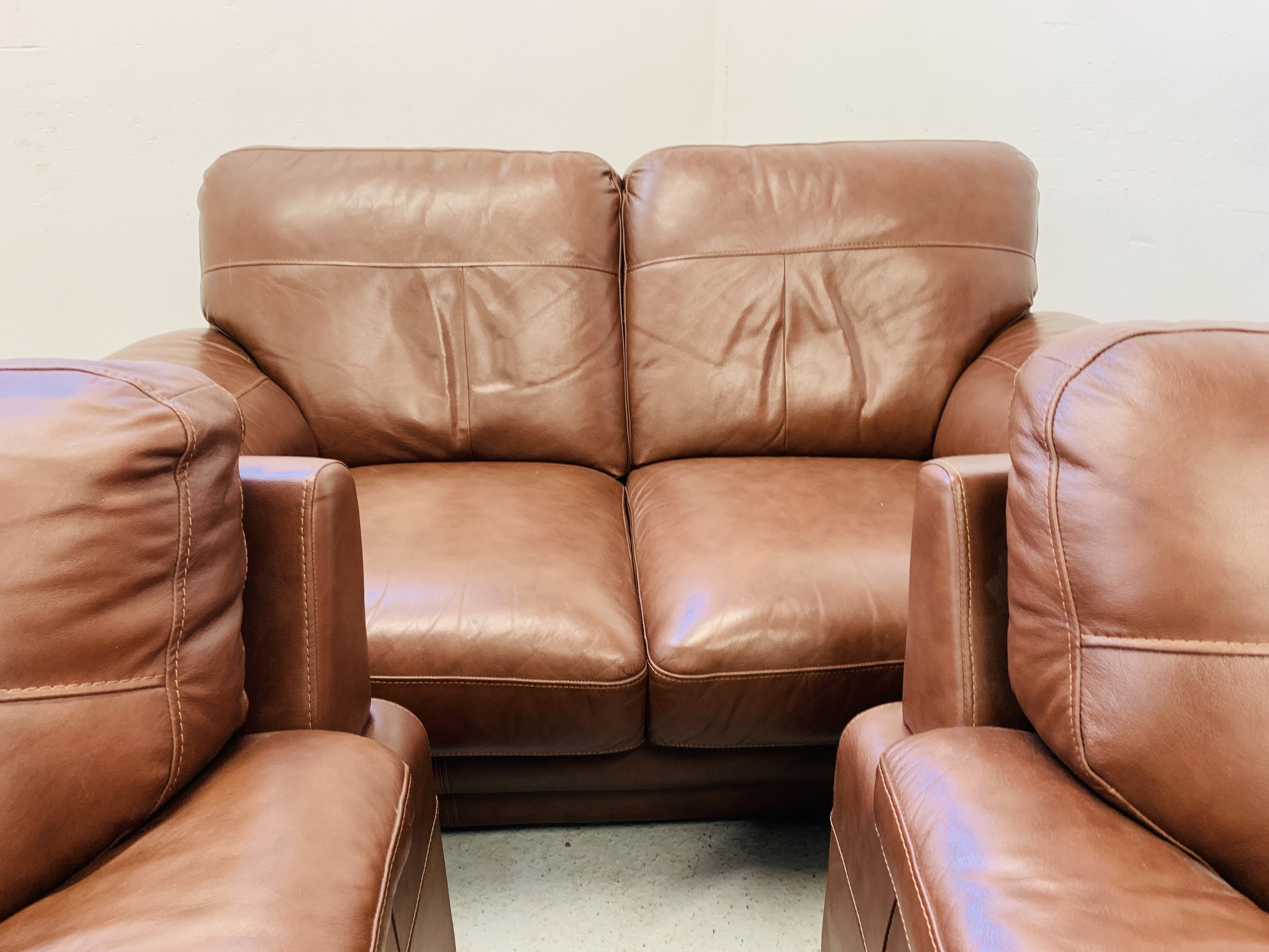 A GOOD QUALITY TAN LEATHER THREE PIECE LOUNGE SUITE WITH MATCHING POUFFE - Image 15 of 17