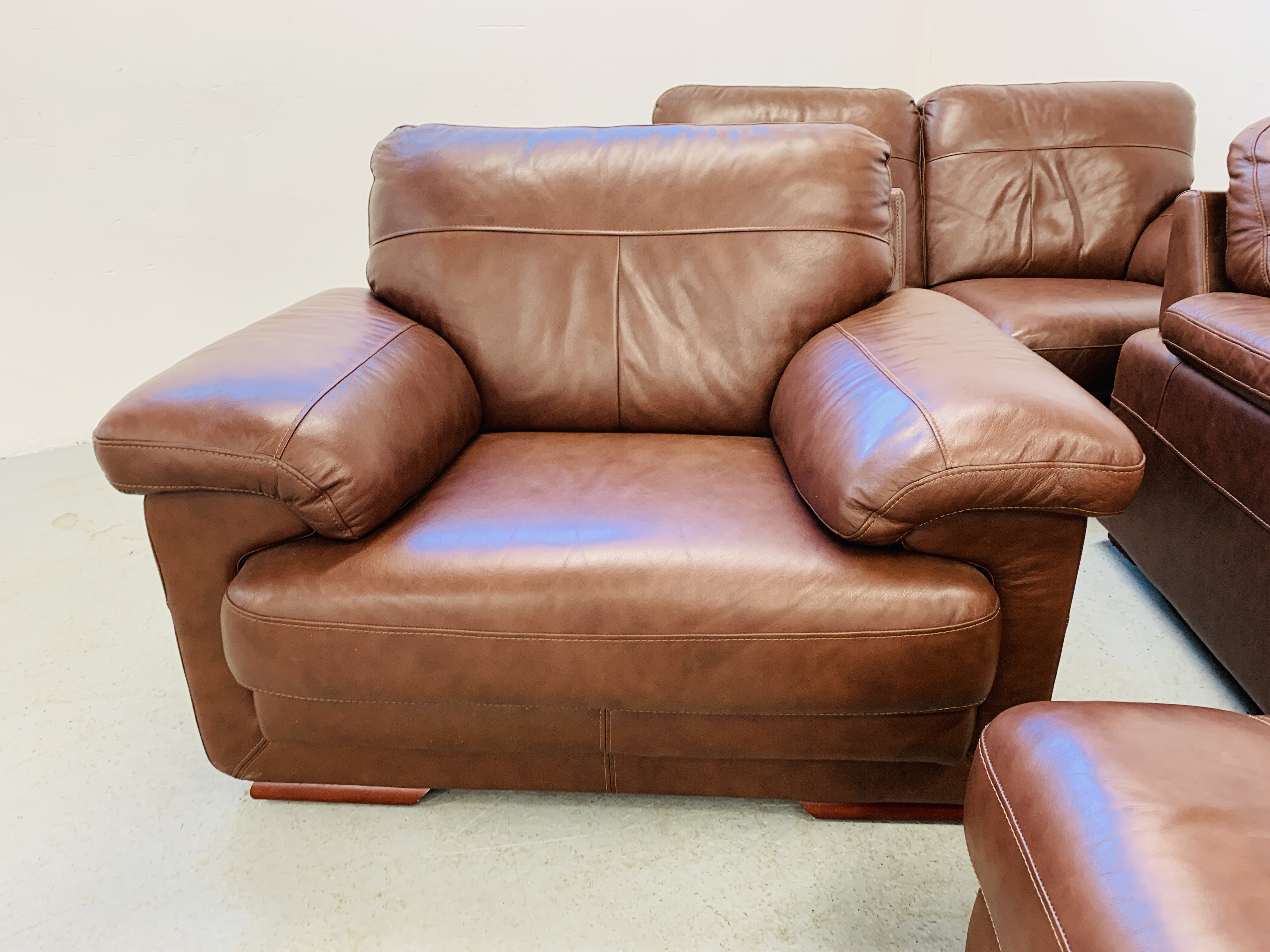 A GOOD QUALITY TAN LEATHER THREE PIECE LOUNGE SUITE WITH MATCHING POUFFE - Image 8 of 17