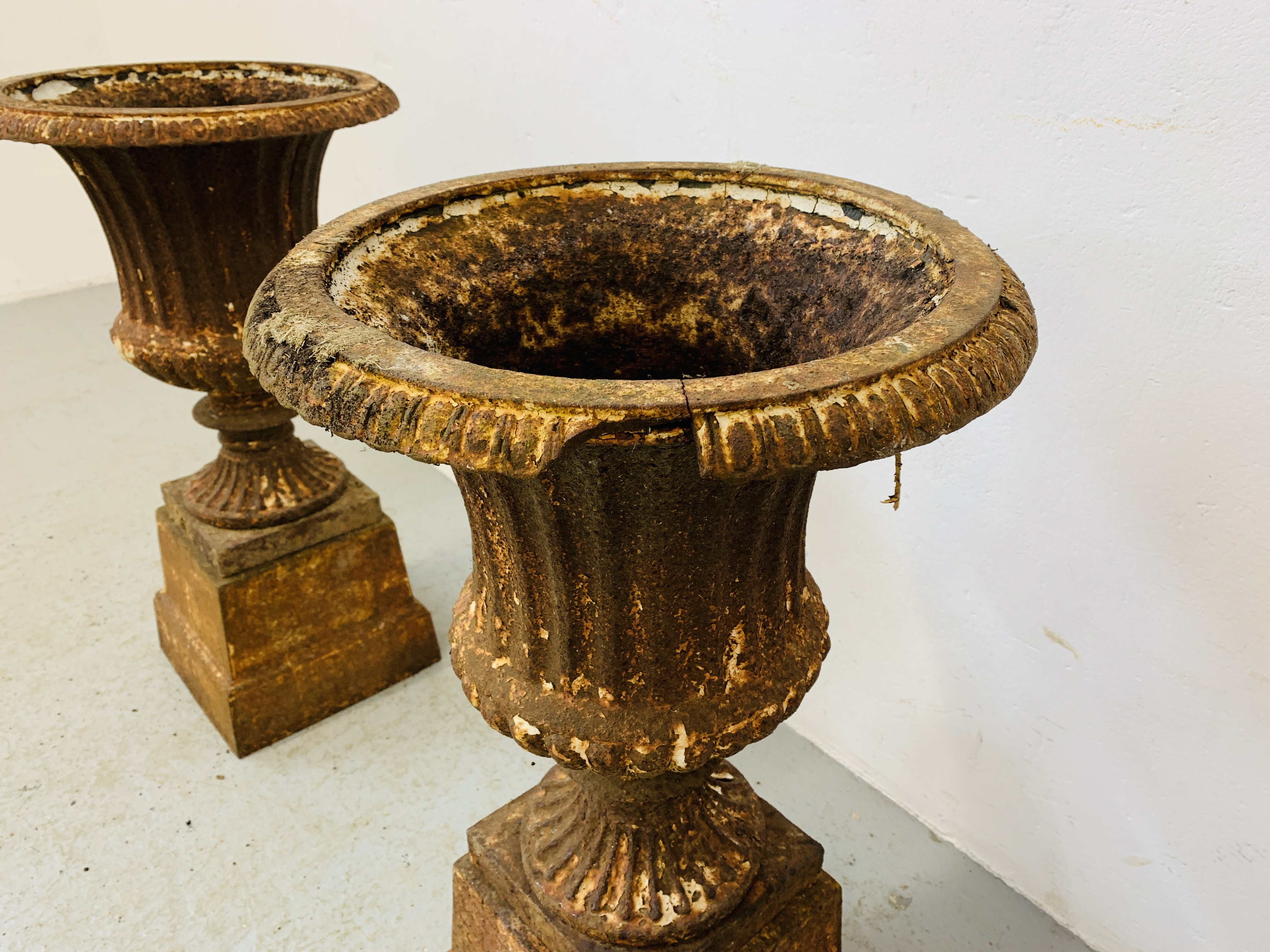 A PAIR OF CAST IRON TULIP SHAPE GARDEN URNS ON STANDS A/F CONDITION - OVERALL HEIGHT 68CM. - Image 10 of 13
