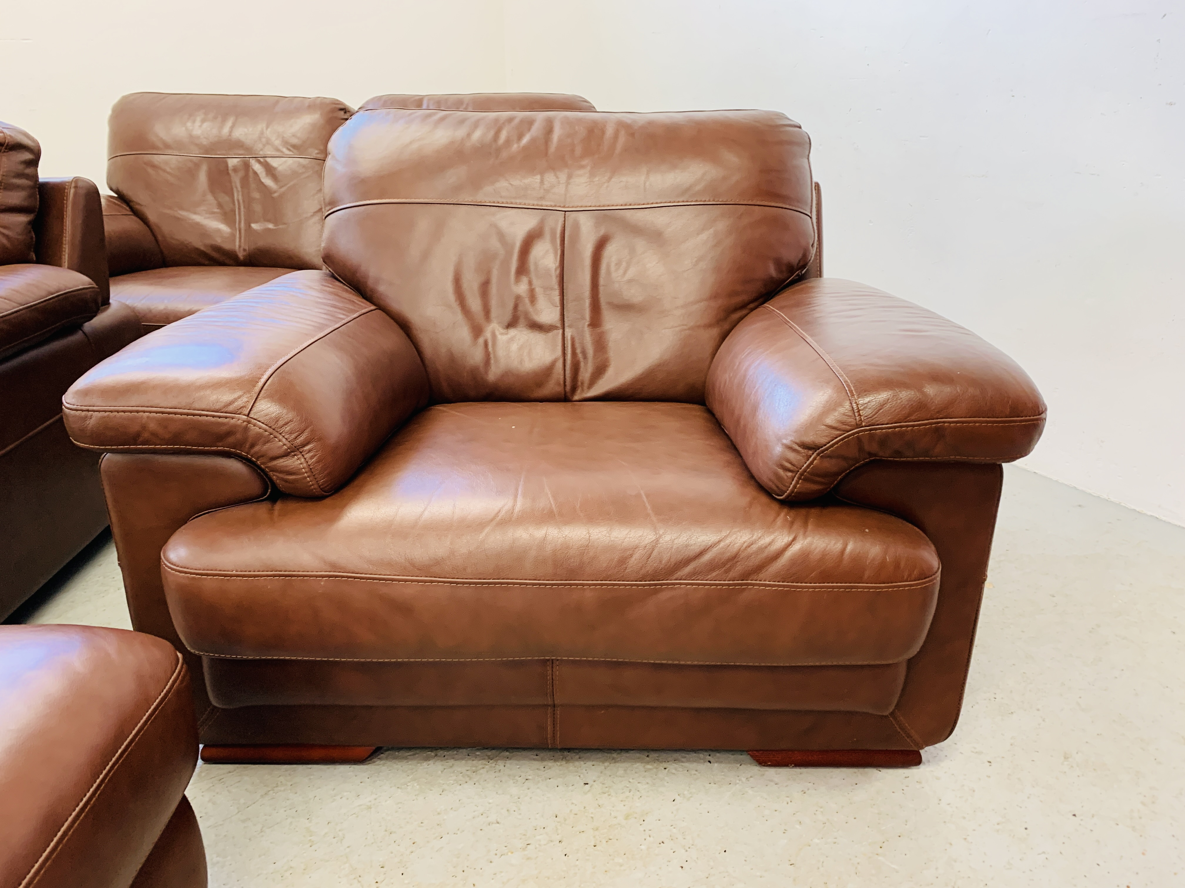 A GOOD QUALITY TAN LEATHER THREE PIECE LOUNGE SUITE WITH MATCHING POUFFE - Image 7 of 17