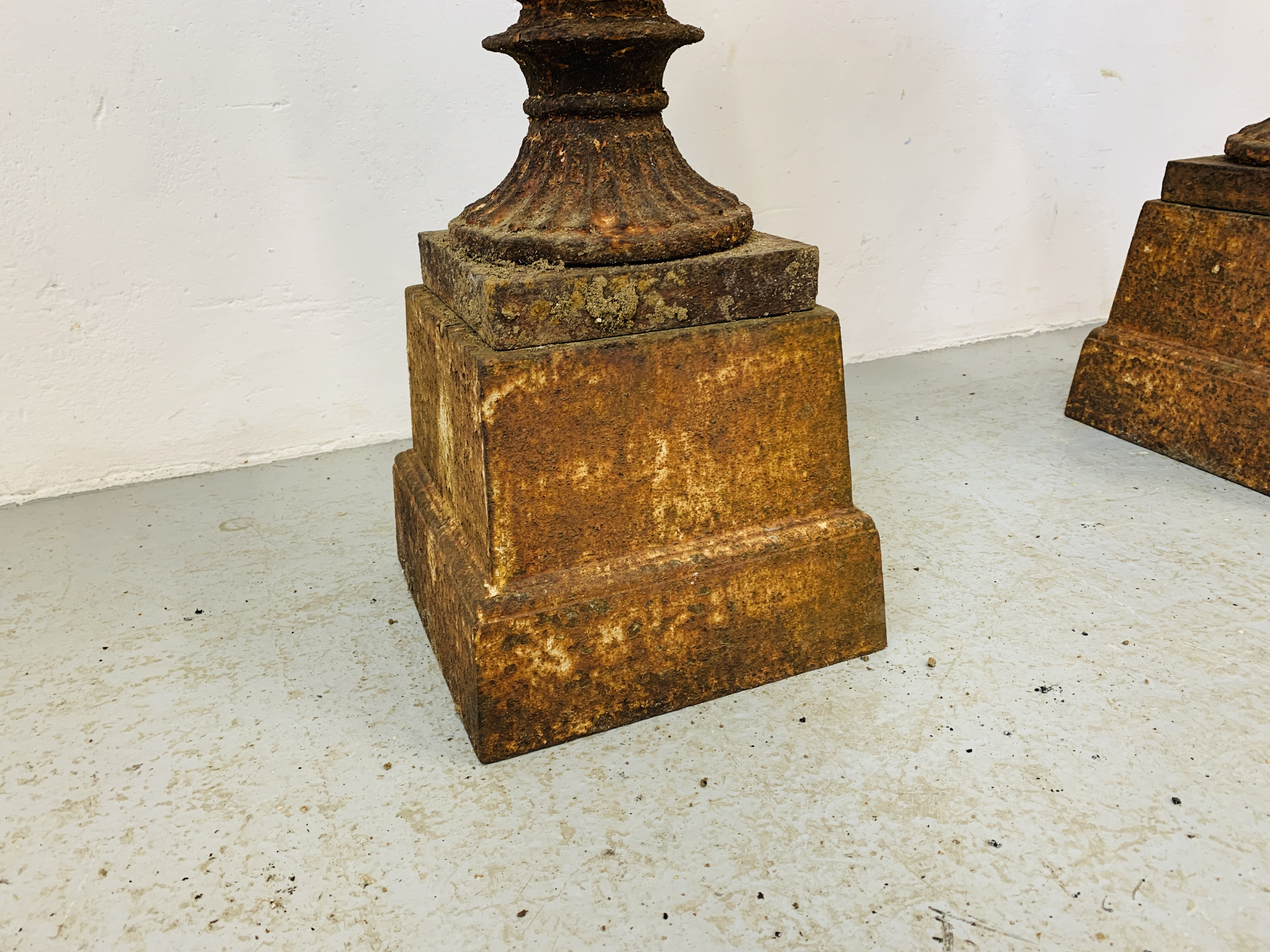 A PAIR OF CAST IRON TULIP SHAPE GARDEN URNS ON STANDS A/F CONDITION - OVERALL HEIGHT 68CM. - Image 7 of 13