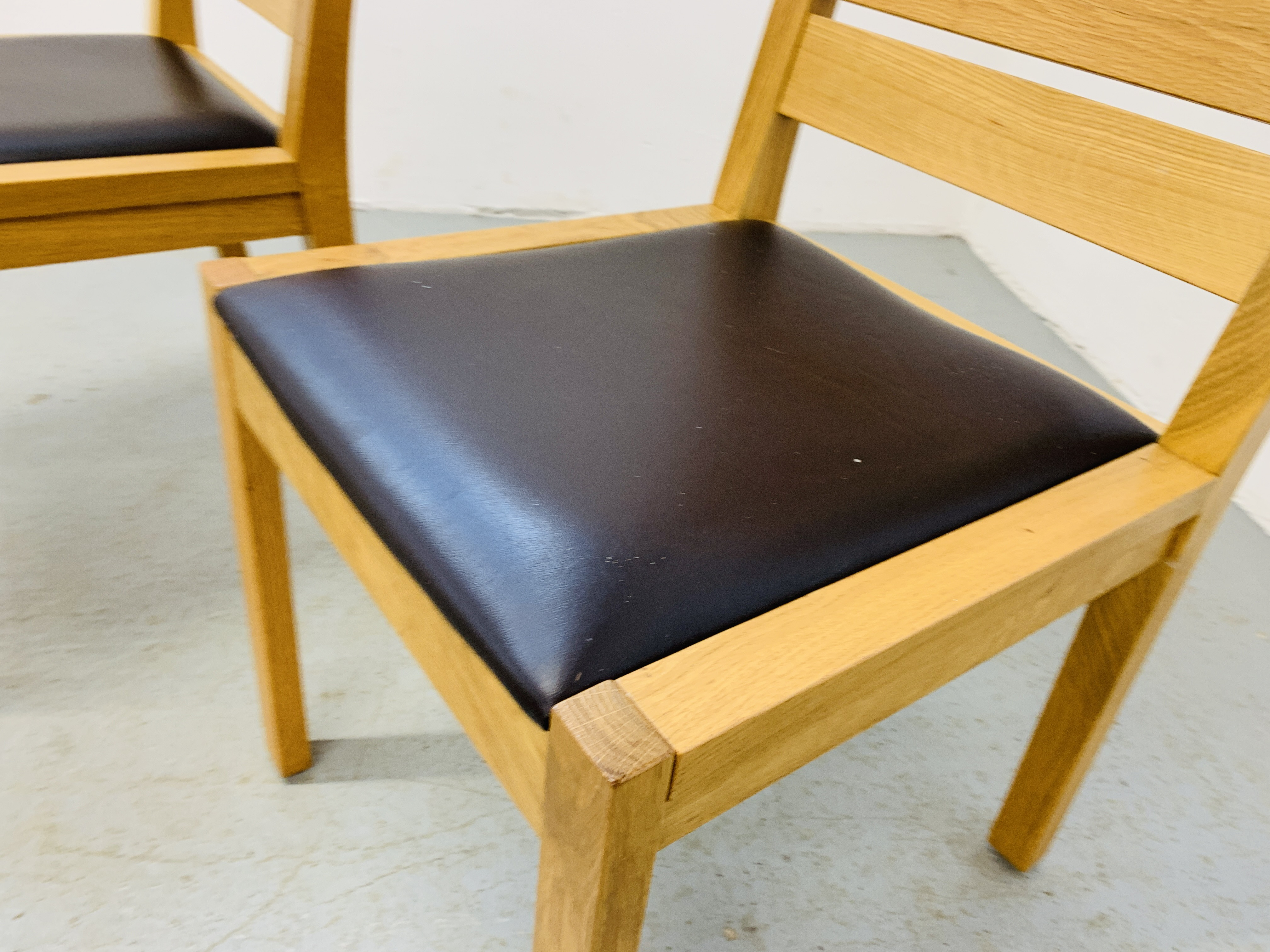 A PAIR OF LIGHT OAK MODERN SIDE CHAIRS - Image 5 of 9