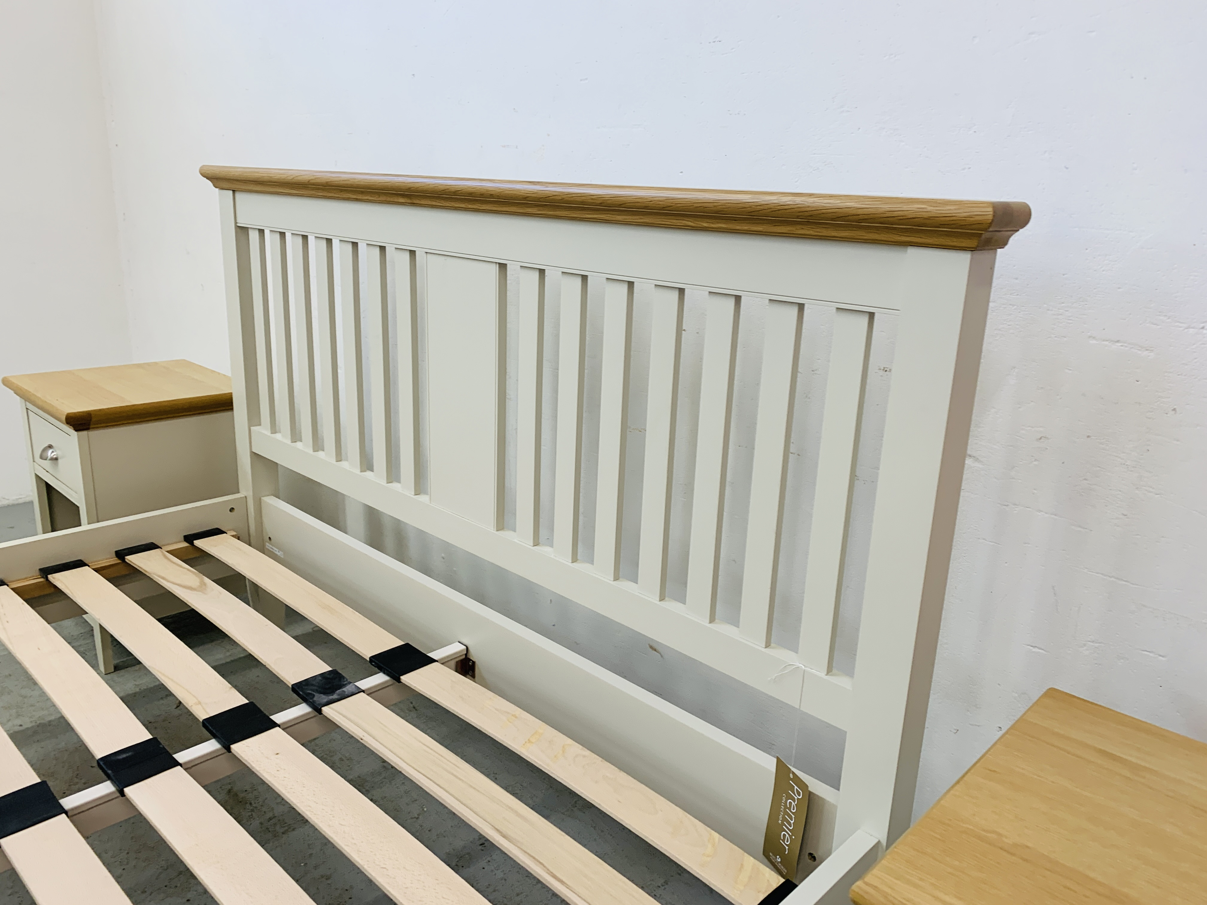 A PREMIER COLLECTION DESIGNER KING SIZE BEDSTEAD WITH MATCHING PAIR OF SINGLE DRAWER BEDSIDE STANDS - Image 10 of 15