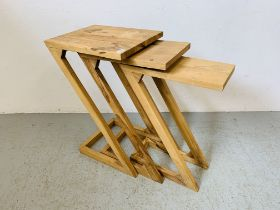 A SET OF THREE GRADUATED ACACIA OCCASIONAL TABLES.