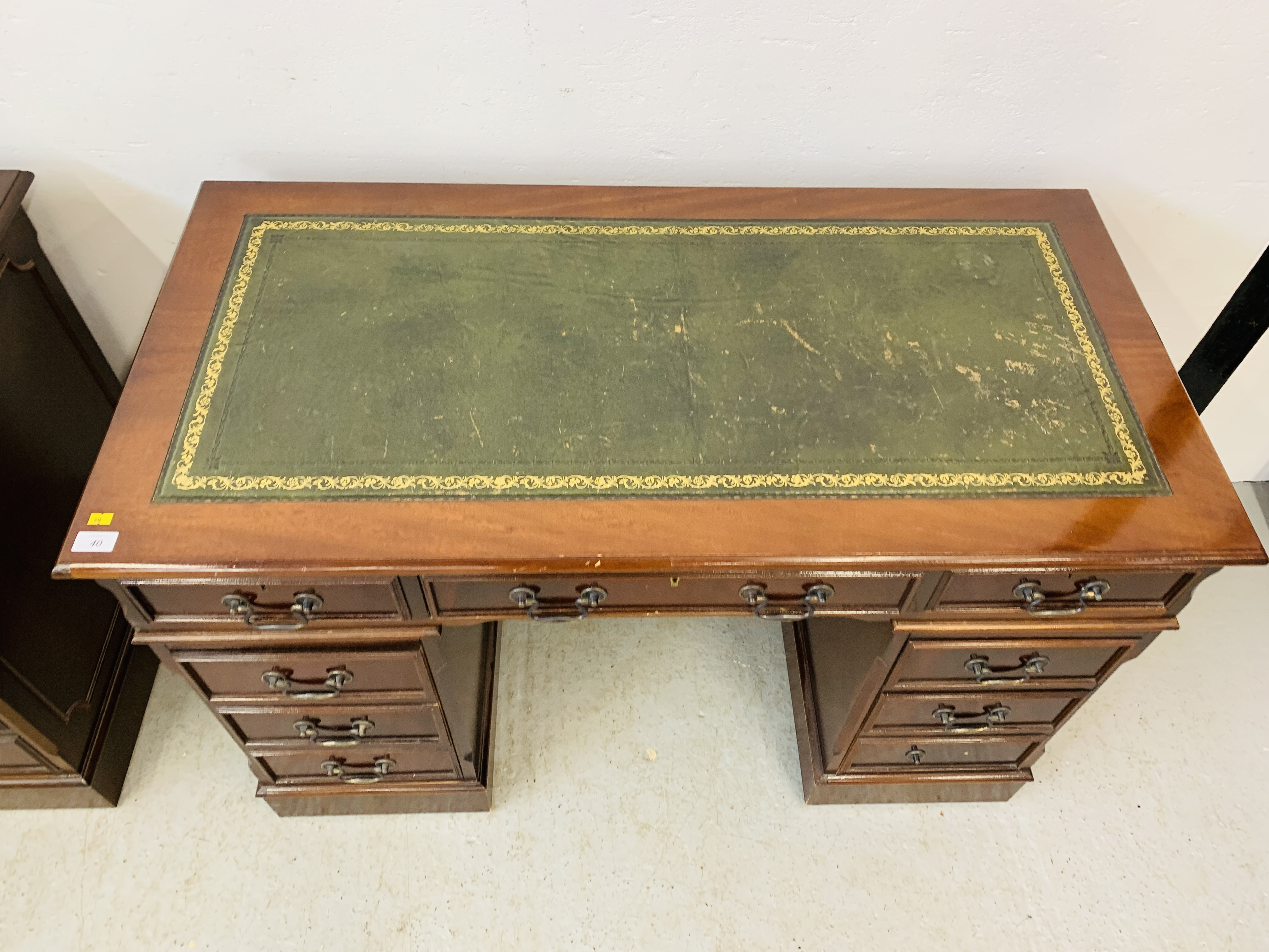 A REPRODUCTION MAHOGANY FINISH NINE DRAWER KNEE HOLE DESK WITH GREEN TOOLED LEATHER INSERT TO TOP - Image 7 of 14