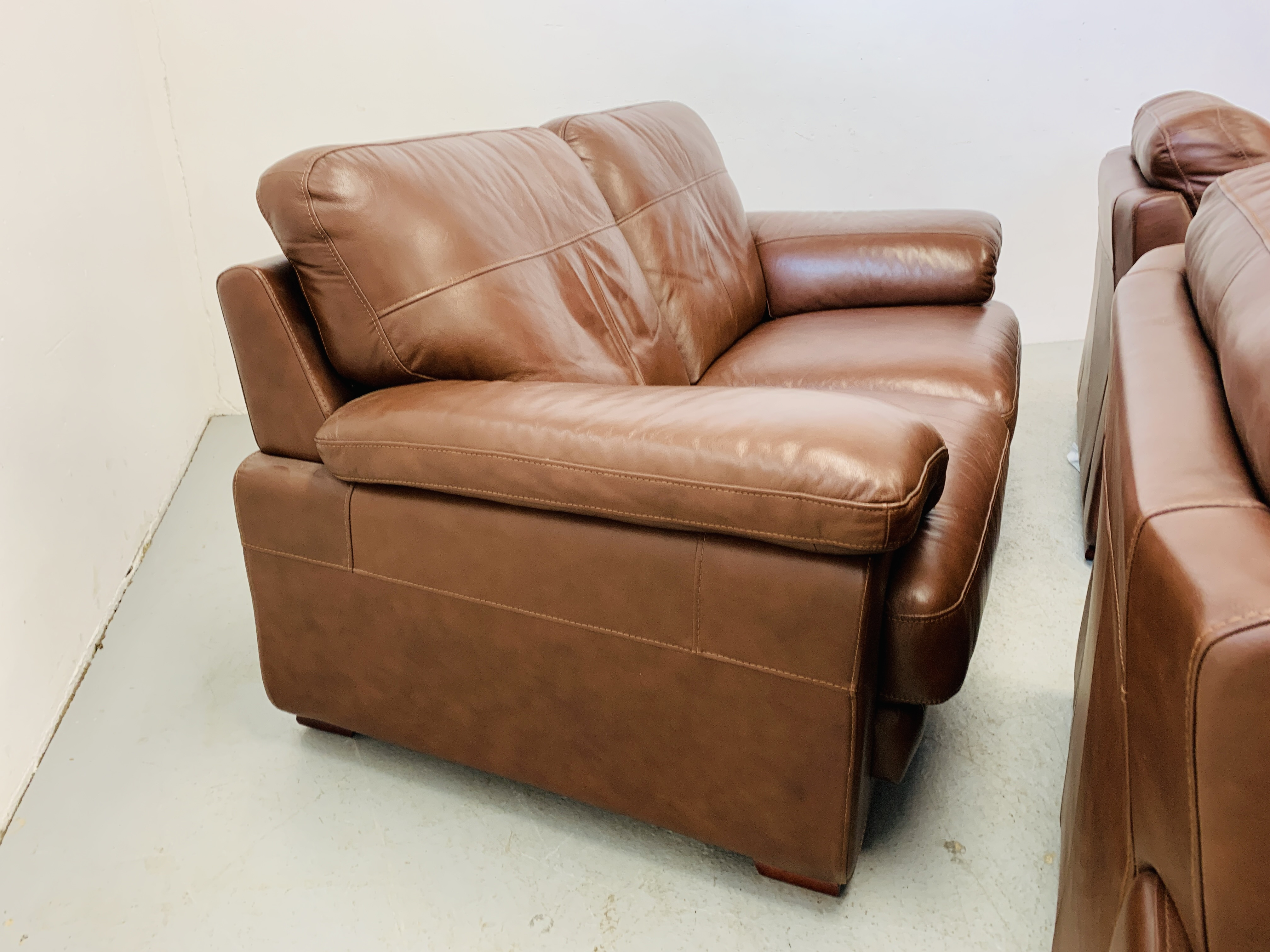 A GOOD QUALITY TAN LEATHER THREE PIECE LOUNGE SUITE WITH MATCHING POUFFE - Image 12 of 17