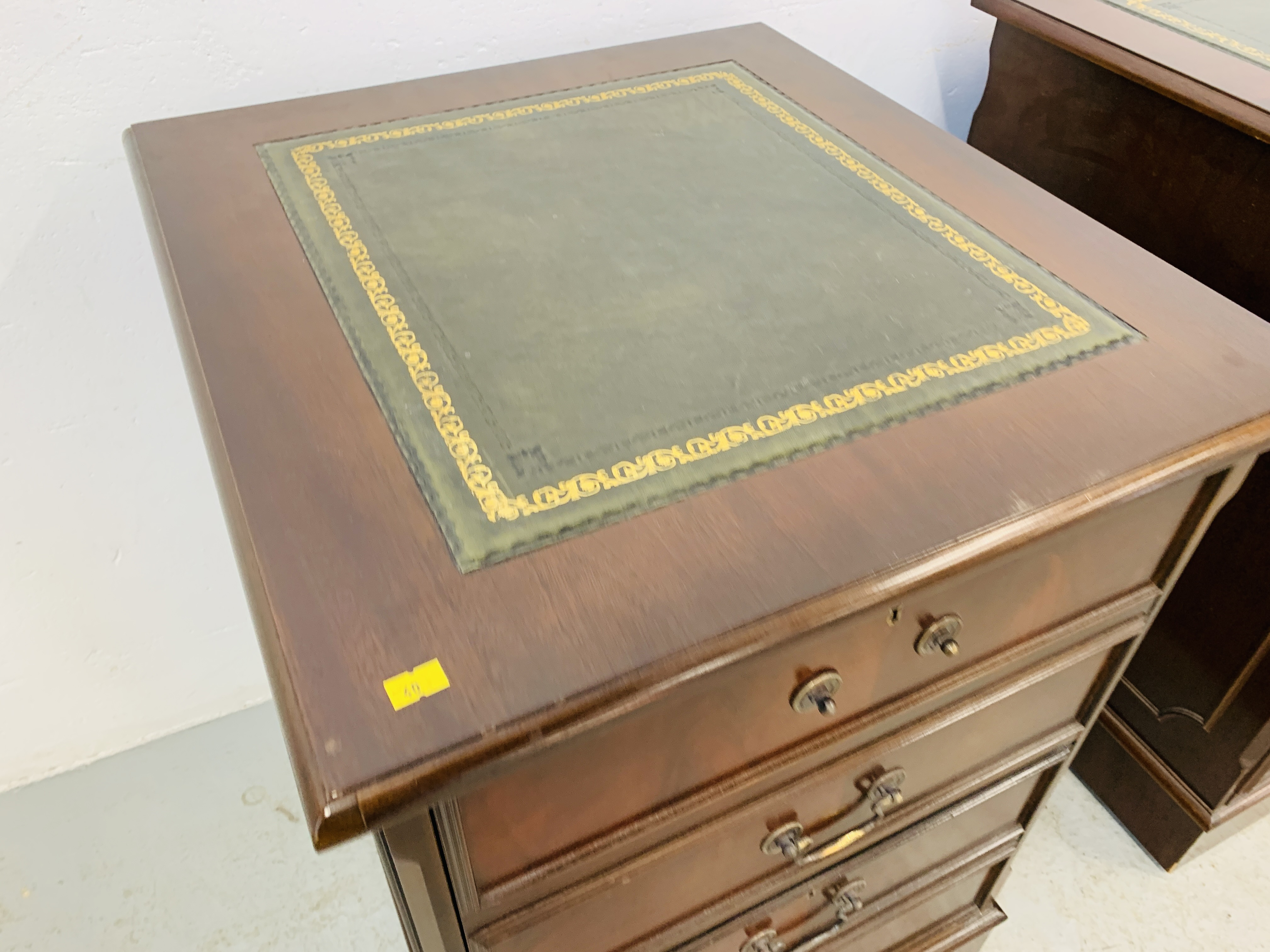 A REPRODUCTION MAHOGANY FINISH NINE DRAWER KNEE HOLE DESK WITH GREEN TOOLED LEATHER INSERT TO TOP - Image 13 of 14