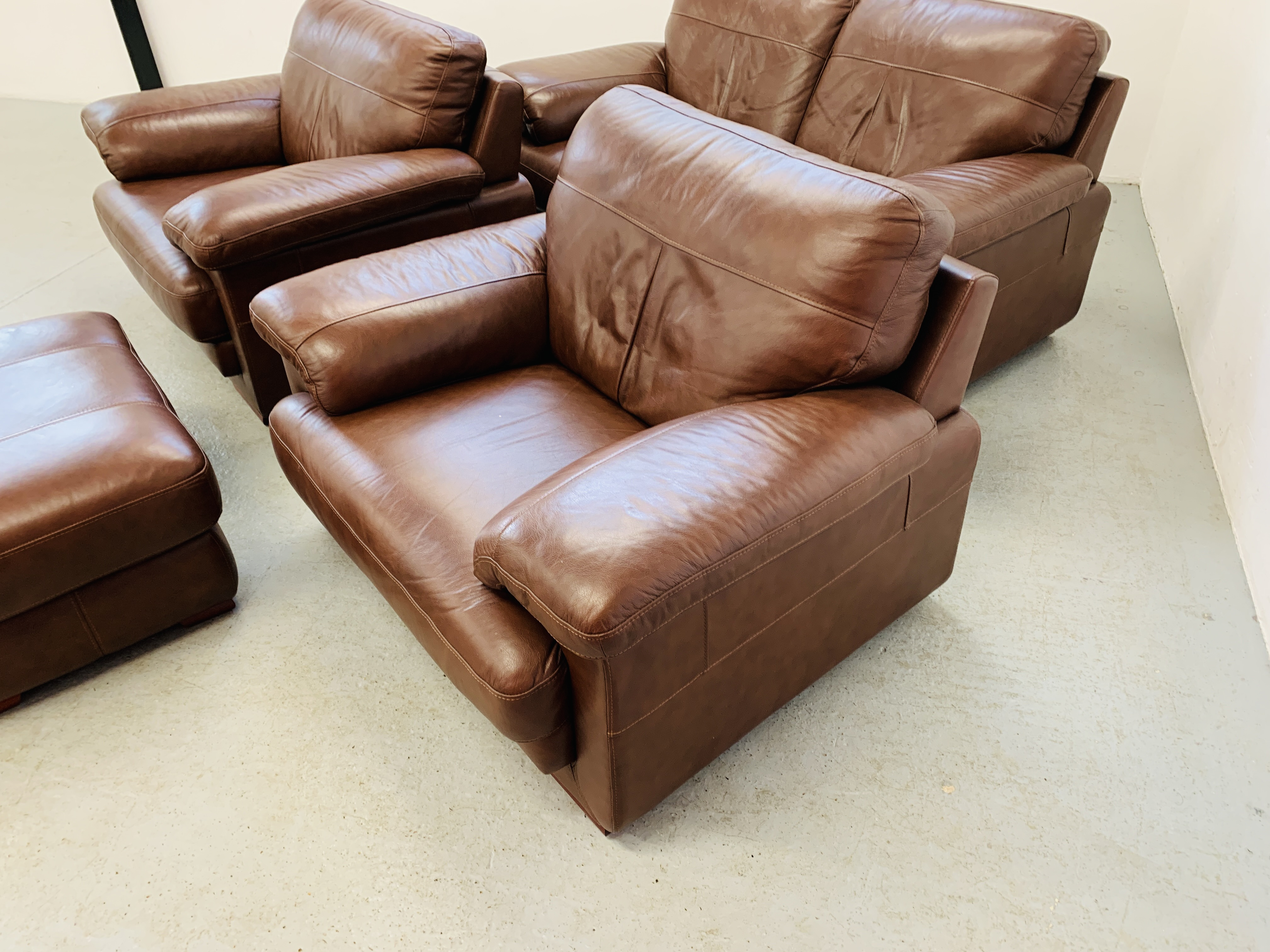 A GOOD QUALITY TAN LEATHER THREE PIECE LOUNGE SUITE WITH MATCHING POUFFE - Image 5 of 17