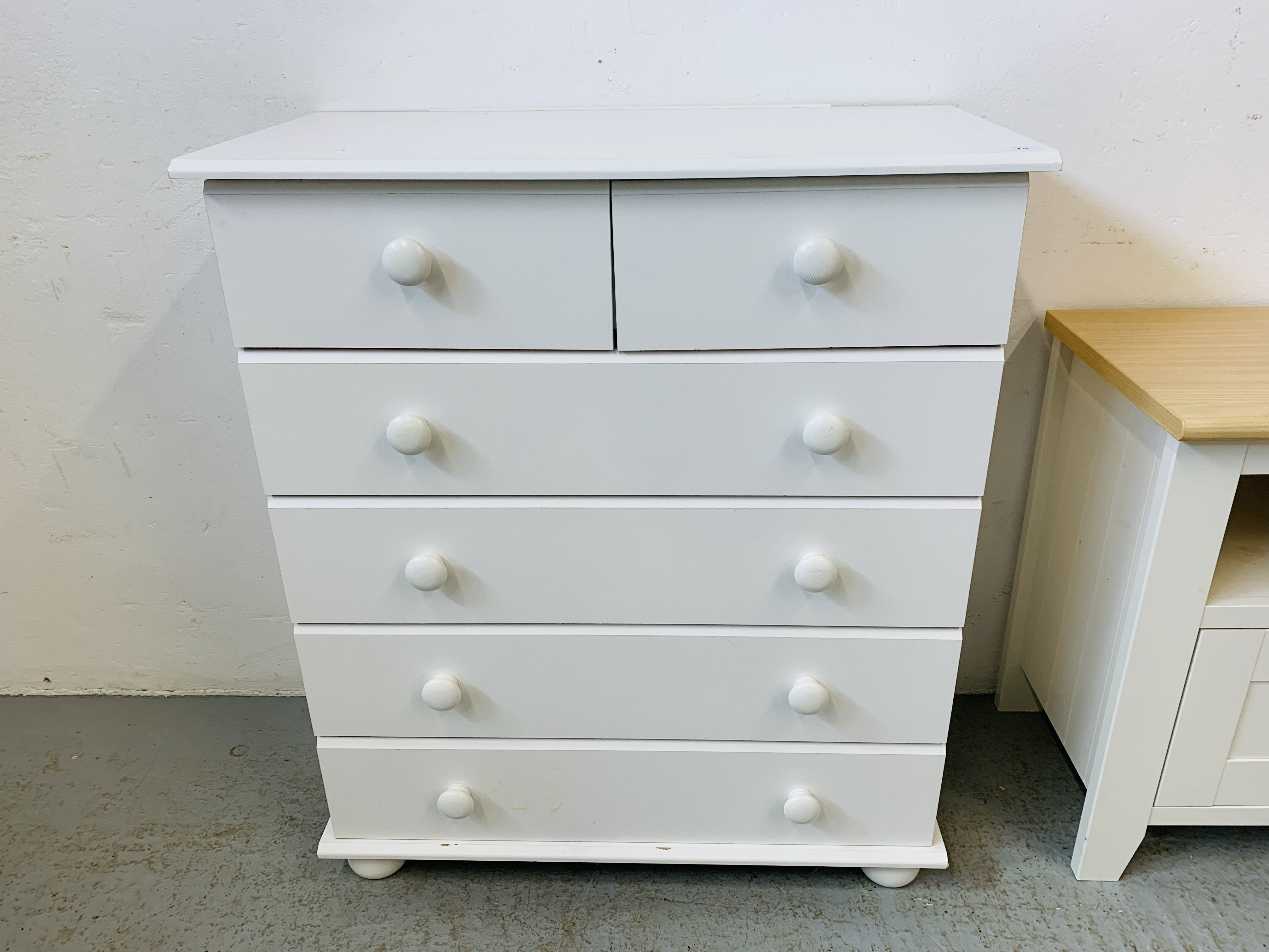 A MODERN WHITE FINISH TWO OVER FOUR CHEST OF DRAWERS - W 78CM. H 90CM. D 40CM. - Image 5 of 9