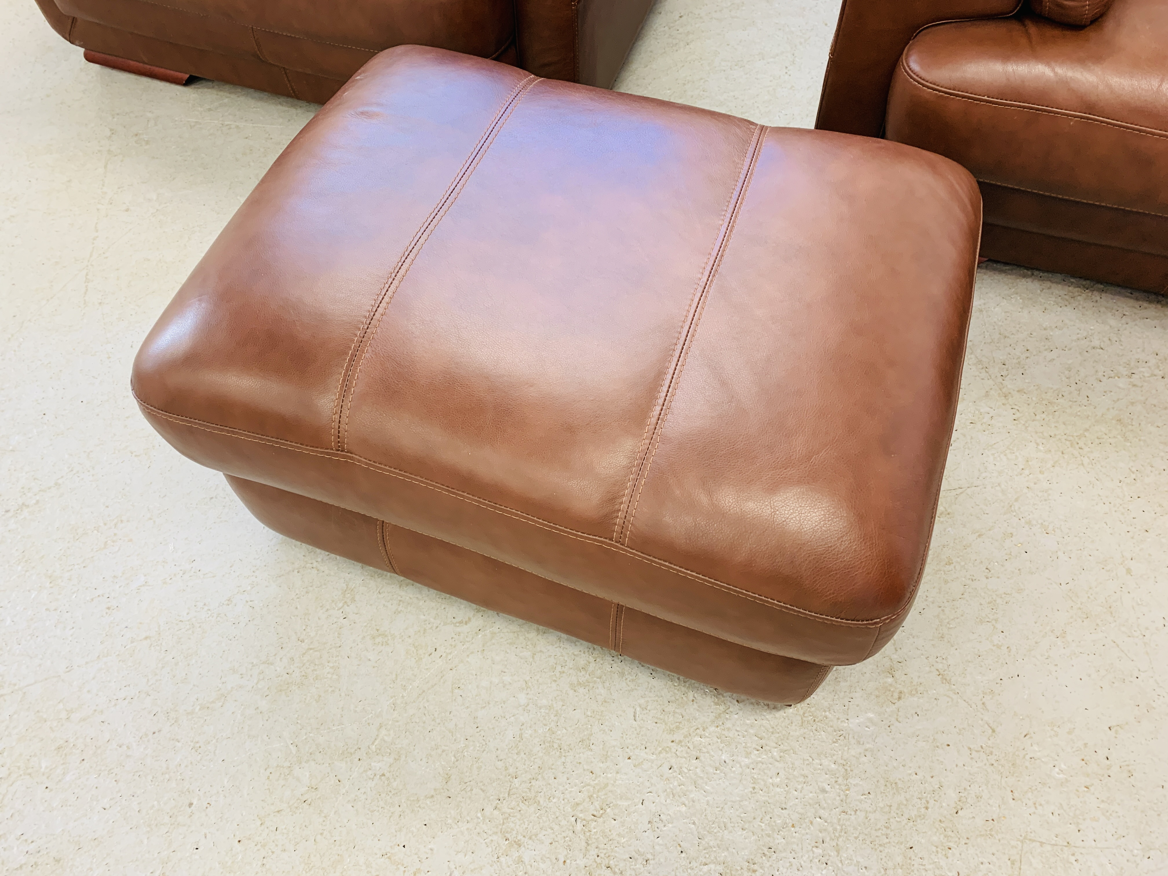 A GOOD QUALITY TAN LEATHER THREE PIECE LOUNGE SUITE WITH MATCHING POUFFE - Image 3 of 17