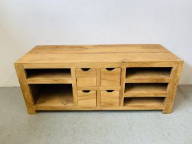 A HARDWOOD ACACIA LOW LEVEL ENTERTAINMENT STAND, FOUR CENTRAL DRAWERS FLANKED BY SHELVES - W 151CM.