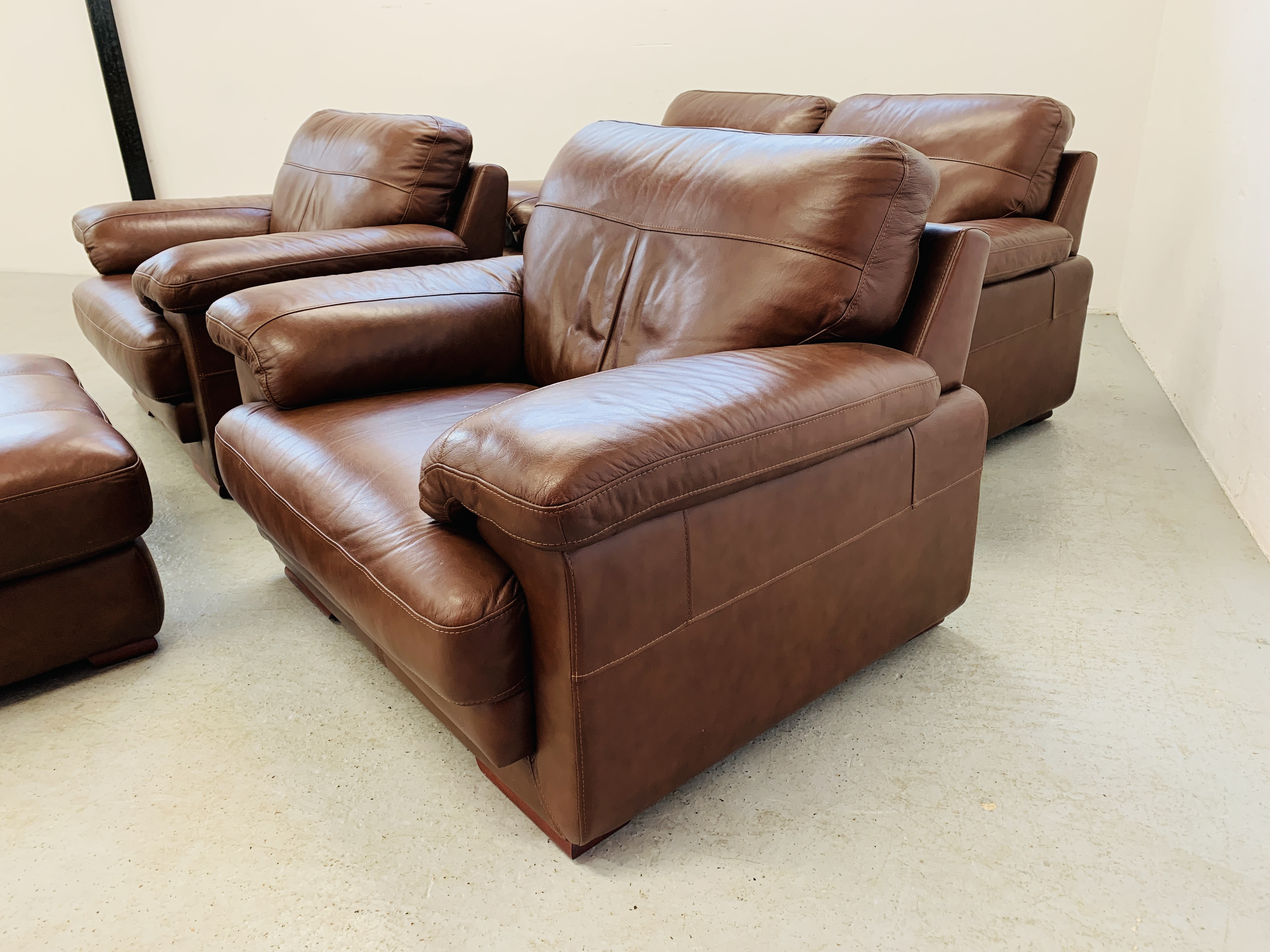 A GOOD QUALITY TAN LEATHER THREE PIECE LOUNGE SUITE WITH MATCHING POUFFE - Image 4 of 17
