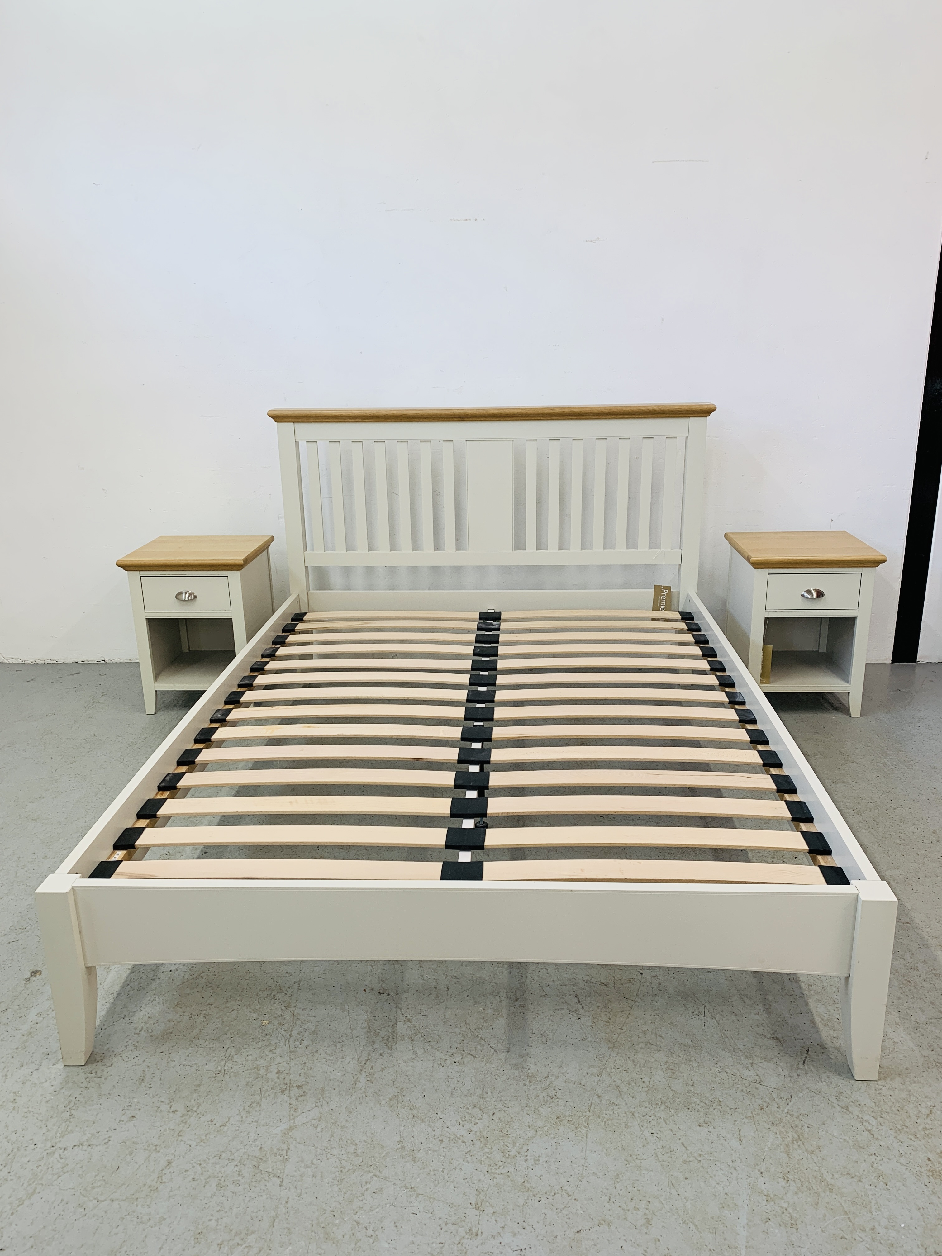 A PREMIER COLLECTION DESIGNER KING SIZE BEDSTEAD WITH MATCHING PAIR OF SINGLE DRAWER BEDSIDE STANDS