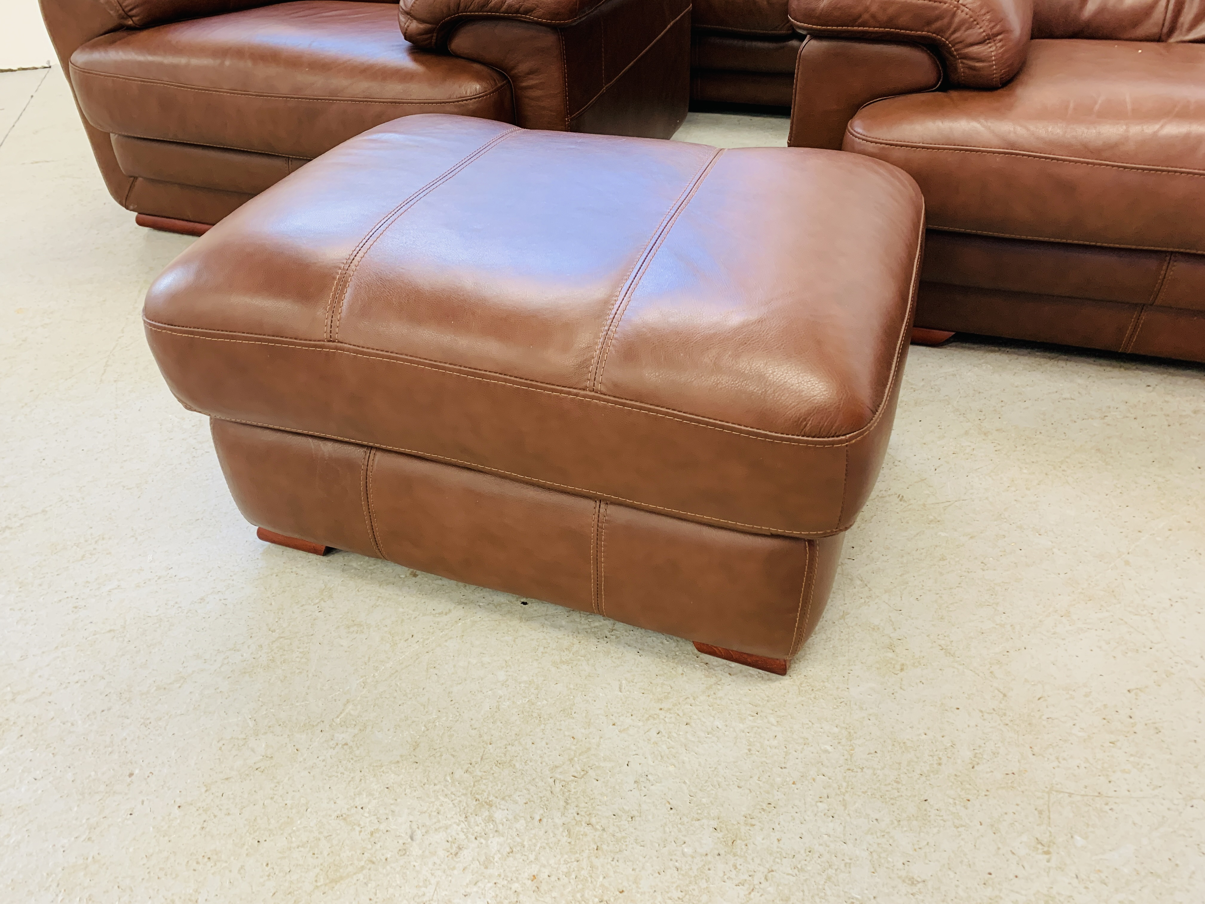 A GOOD QUALITY TAN LEATHER THREE PIECE LOUNGE SUITE WITH MATCHING POUFFE - Image 2 of 17