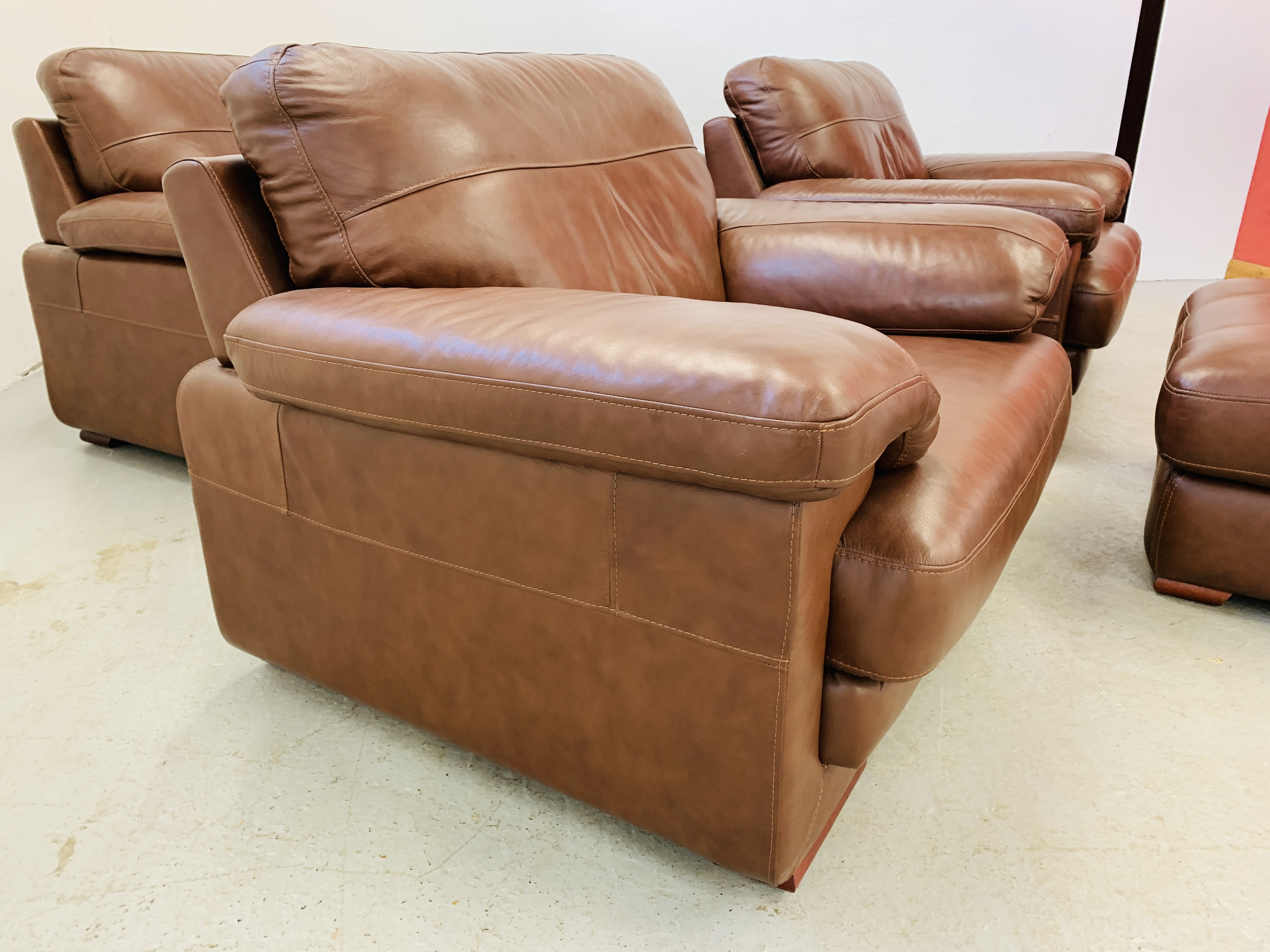 A GOOD QUALITY TAN LEATHER THREE PIECE LOUNGE SUITE WITH MATCHING POUFFE - Image 11 of 17