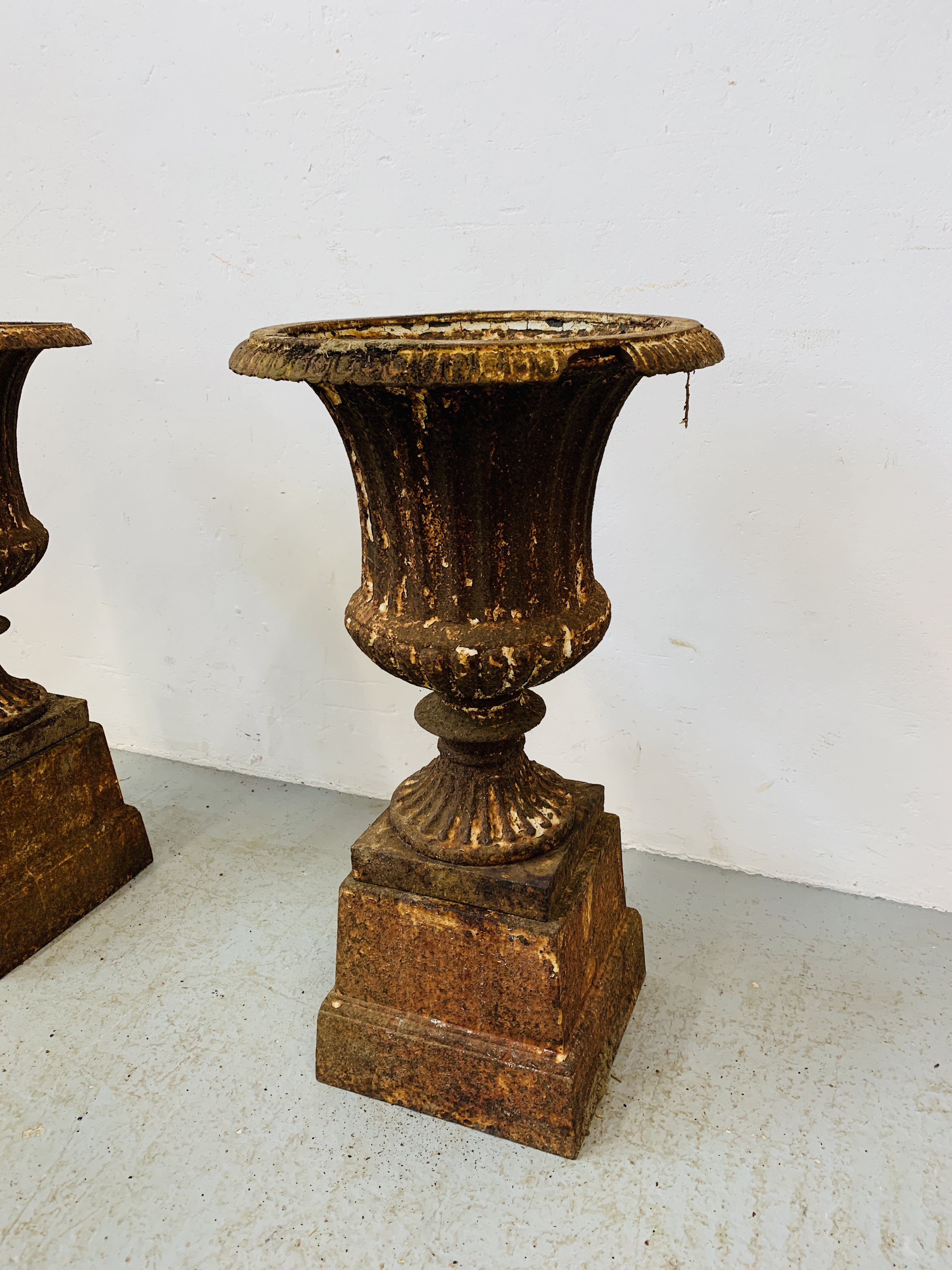 A PAIR OF CAST IRON TULIP SHAPE GARDEN URNS ON STANDS A/F CONDITION - OVERALL HEIGHT 68CM. - Image 3 of 13
