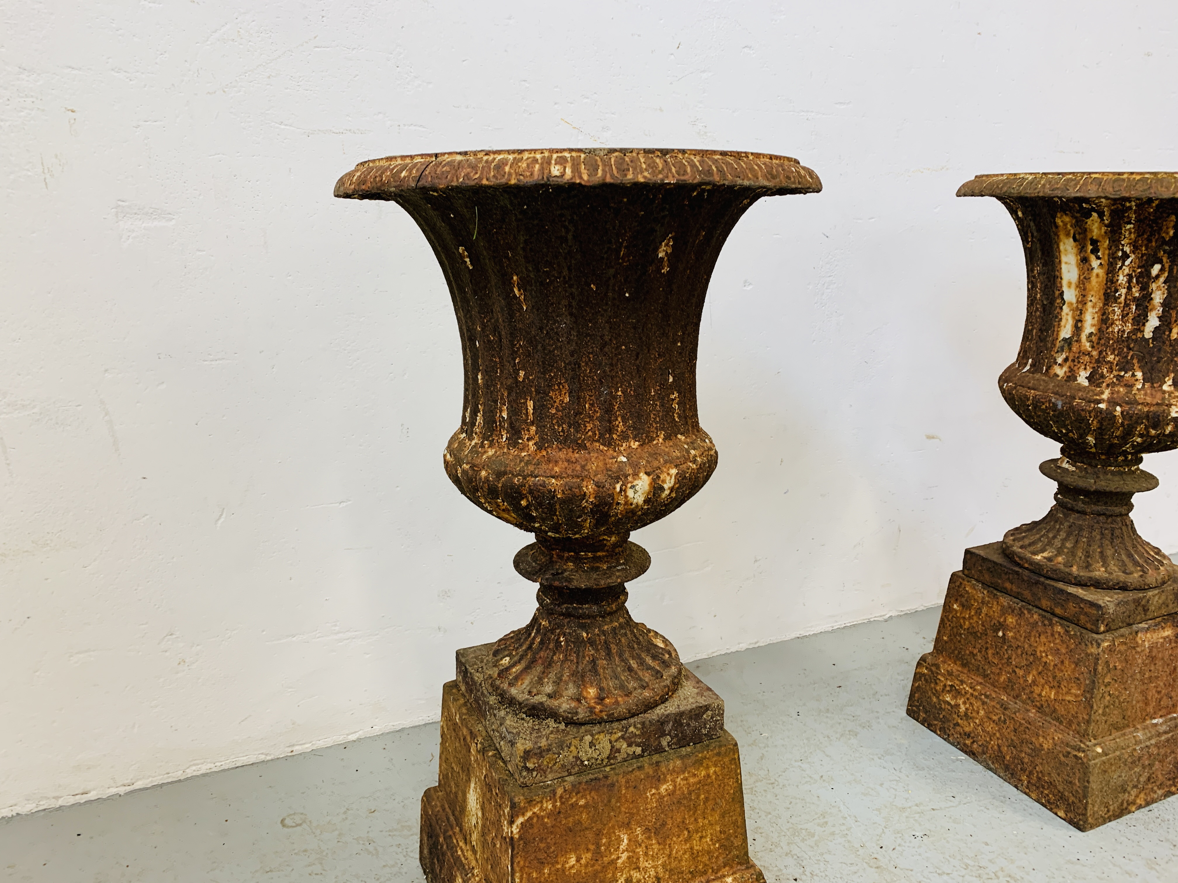 A PAIR OF CAST IRON TULIP SHAPE GARDEN URNS ON STANDS A/F CONDITION - OVERALL HEIGHT 68CM. - Image 6 of 13
