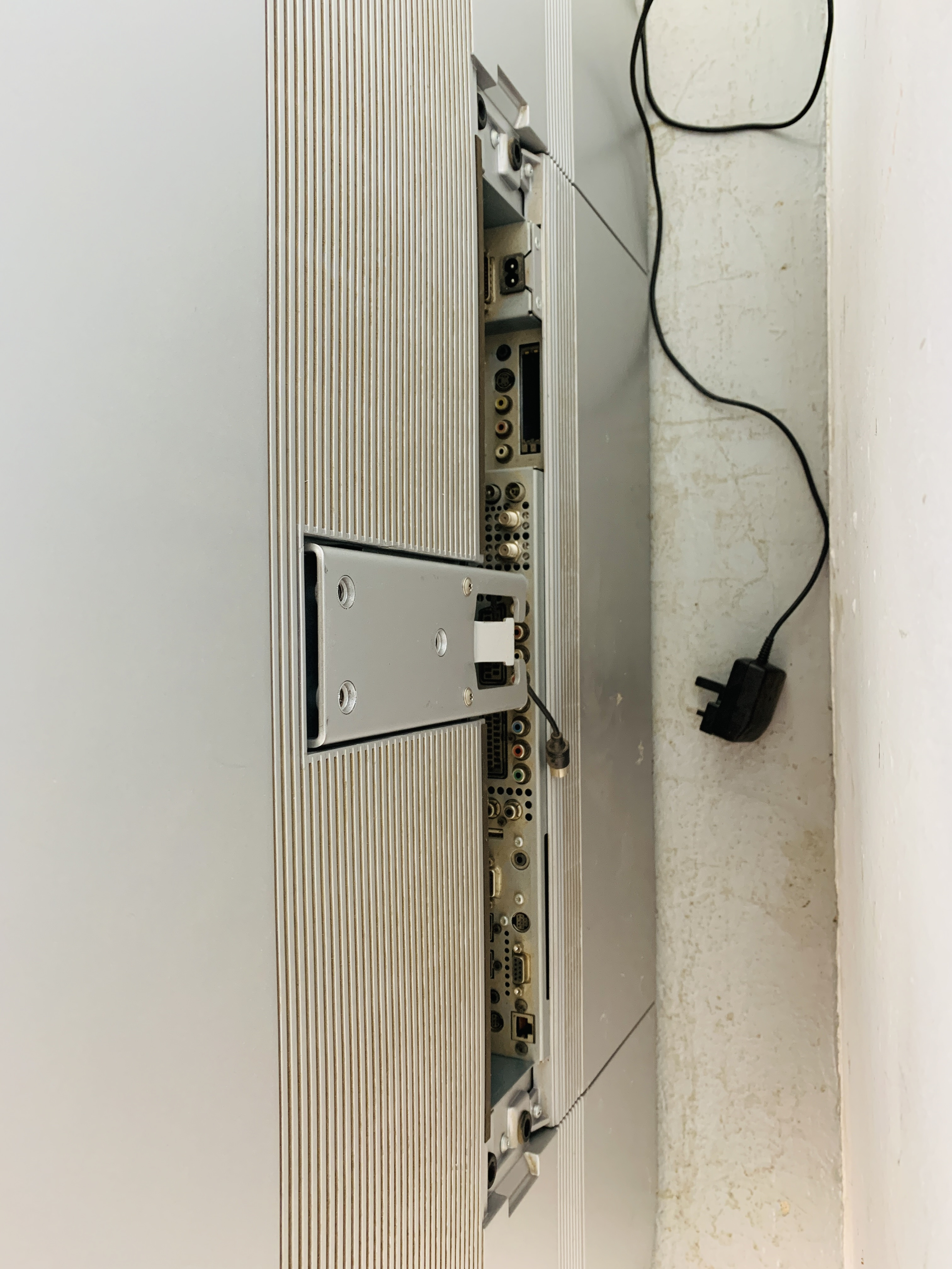 A LOEWE REFERENCE 52 TELEVISION WITH ORIGINAL REMOTE - SOLD AS SEEN - Image 10 of 14