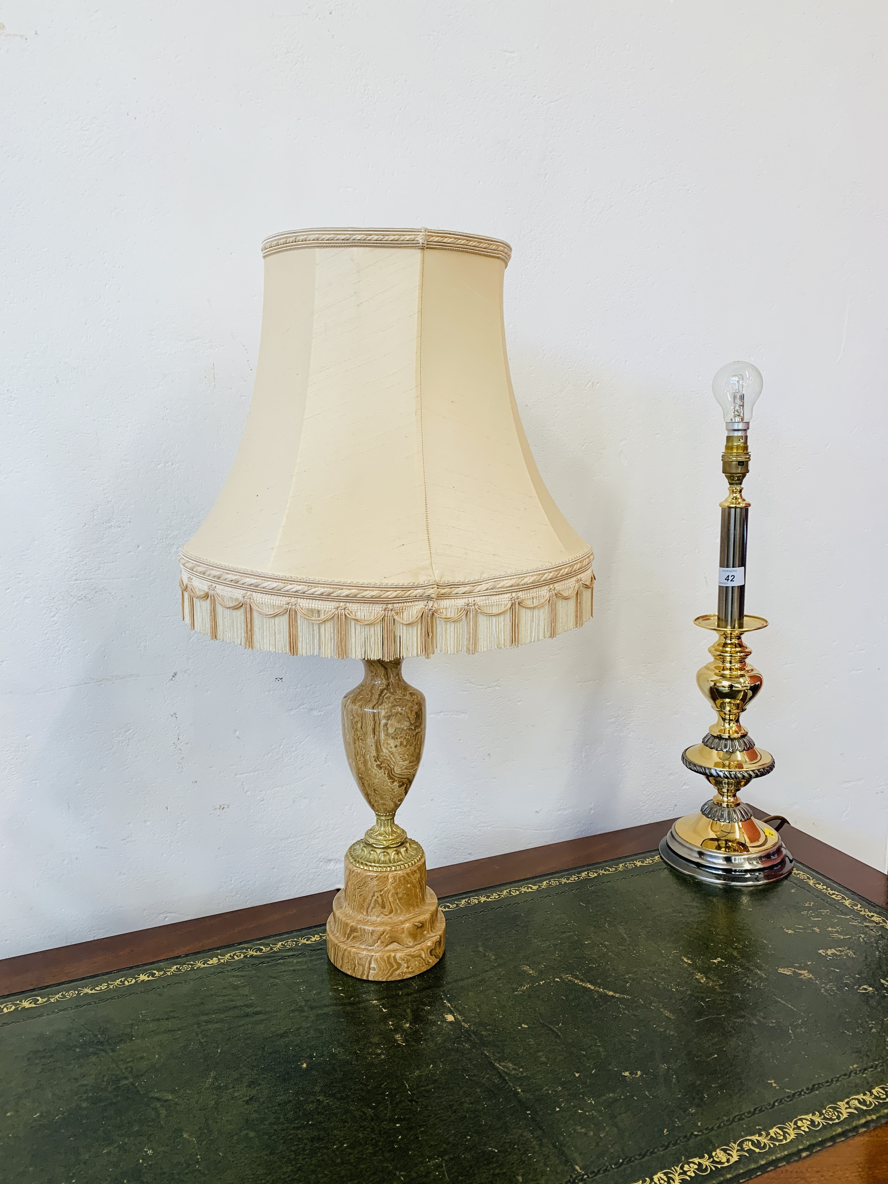 A GOOD QUALITY MARBLE TABLE LAMP ALONG WITH A PAIR OF MODERN POLISHED METAL TABLE LAMPS - SOLD AS - Image 11 of 12