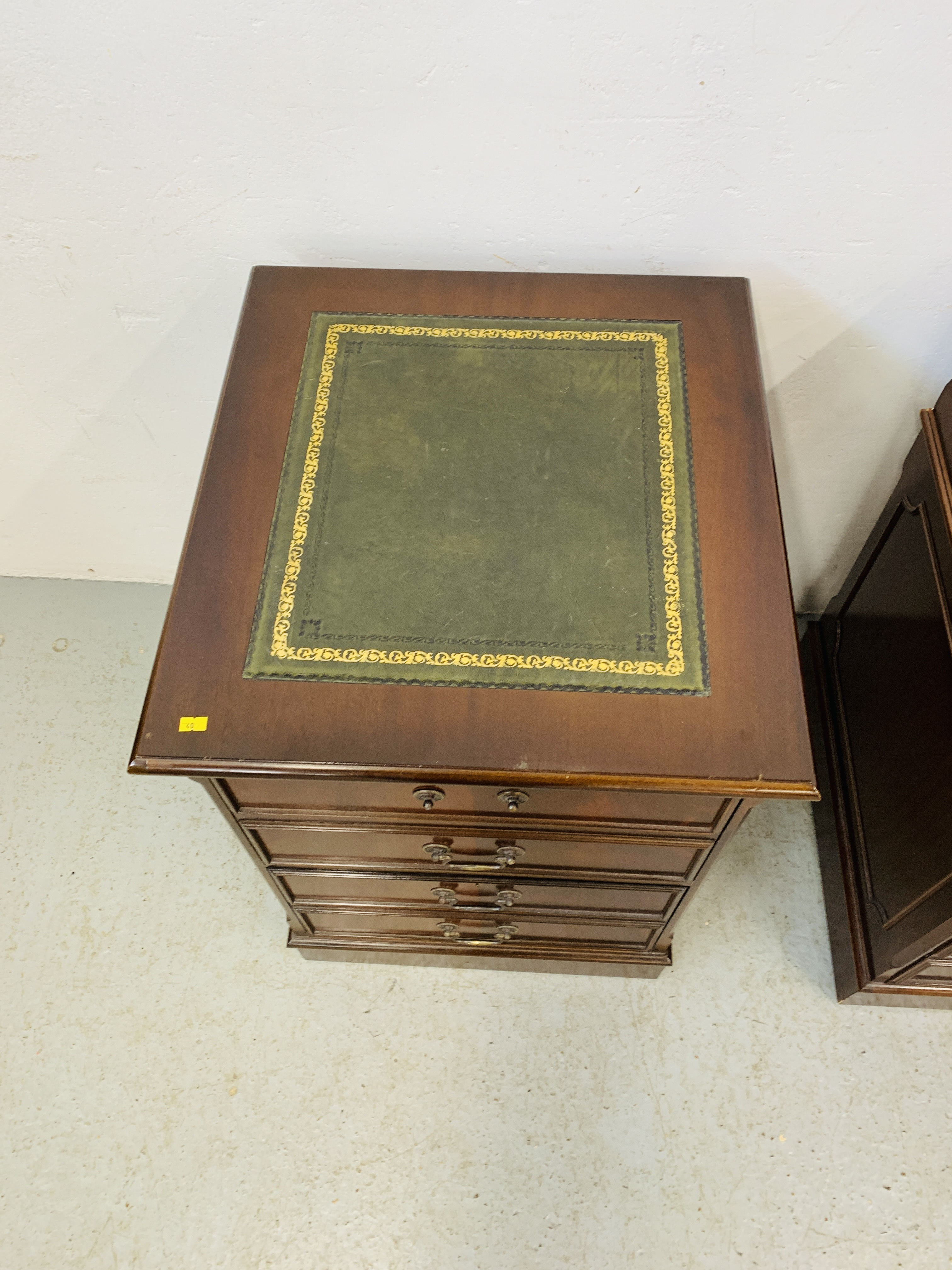 A REPRODUCTION MAHOGANY FINISH NINE DRAWER KNEE HOLE DESK WITH GREEN TOOLED LEATHER INSERT TO TOP - Image 10 of 14