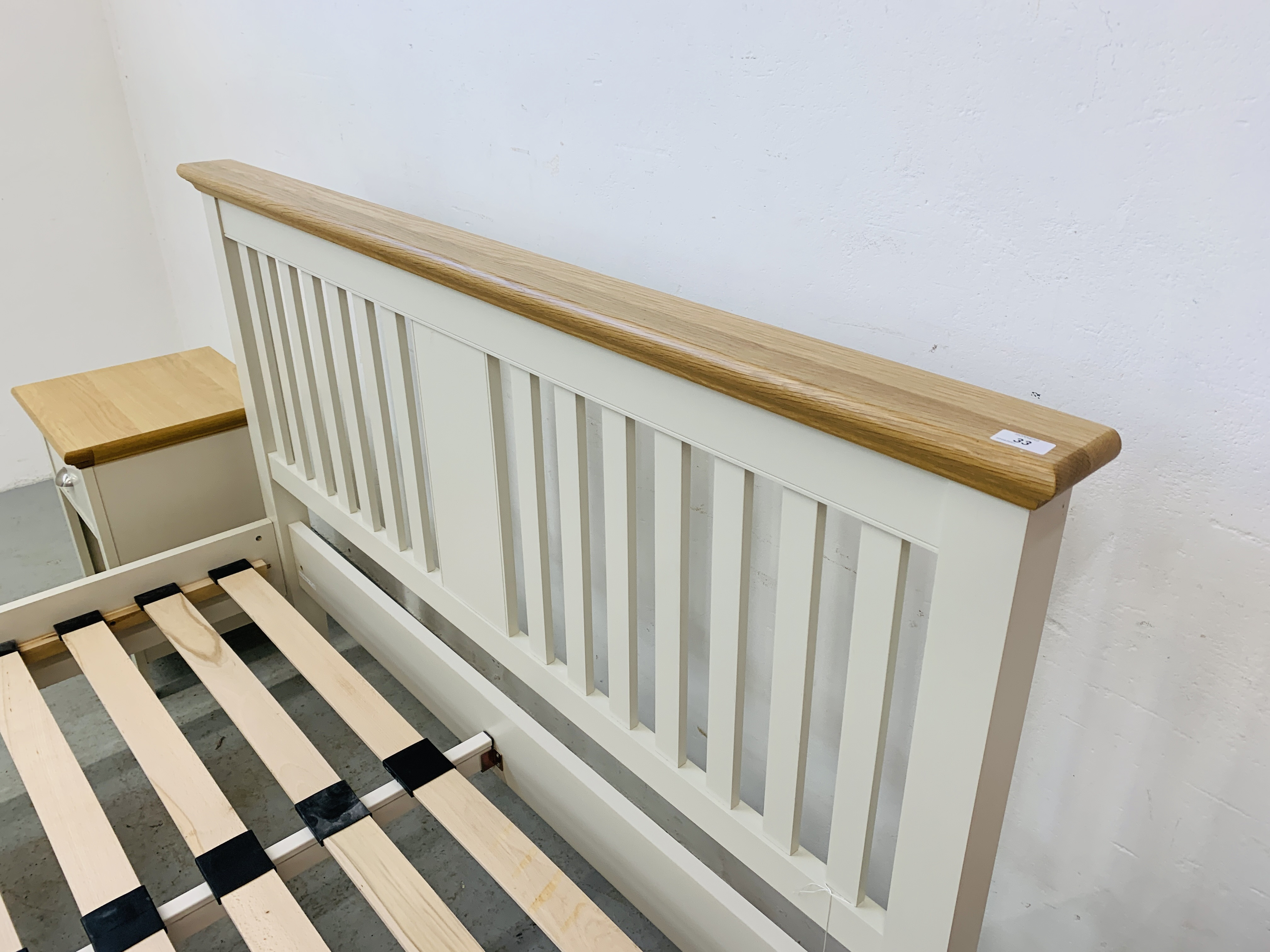 A PREMIER COLLECTION DESIGNER KING SIZE BEDSTEAD WITH MATCHING PAIR OF SINGLE DRAWER BEDSIDE STANDS - Image 13 of 15