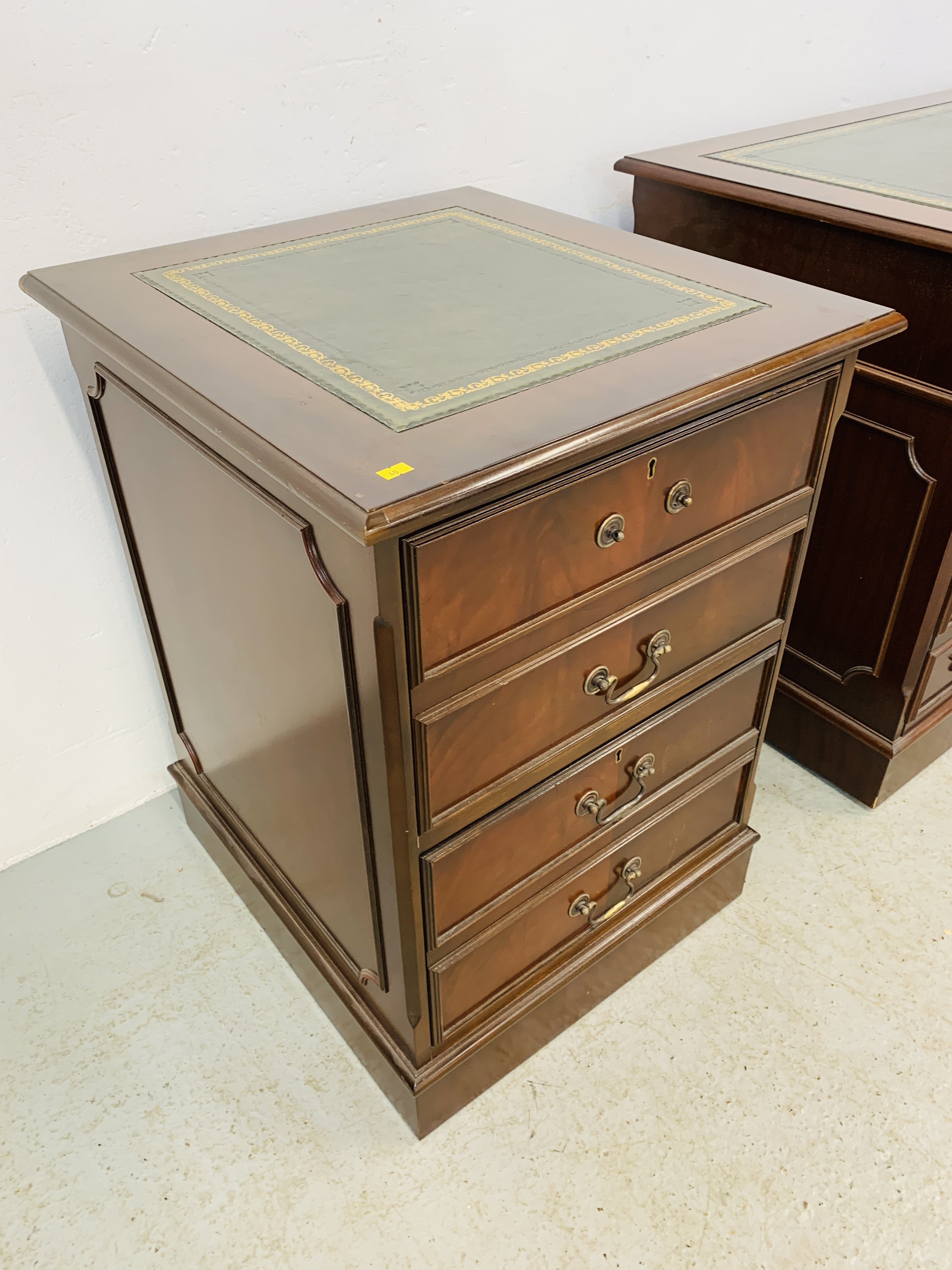 A REPRODUCTION MAHOGANY FINISH NINE DRAWER KNEE HOLE DESK WITH GREEN TOOLED LEATHER INSERT TO TOP - Image 11 of 14