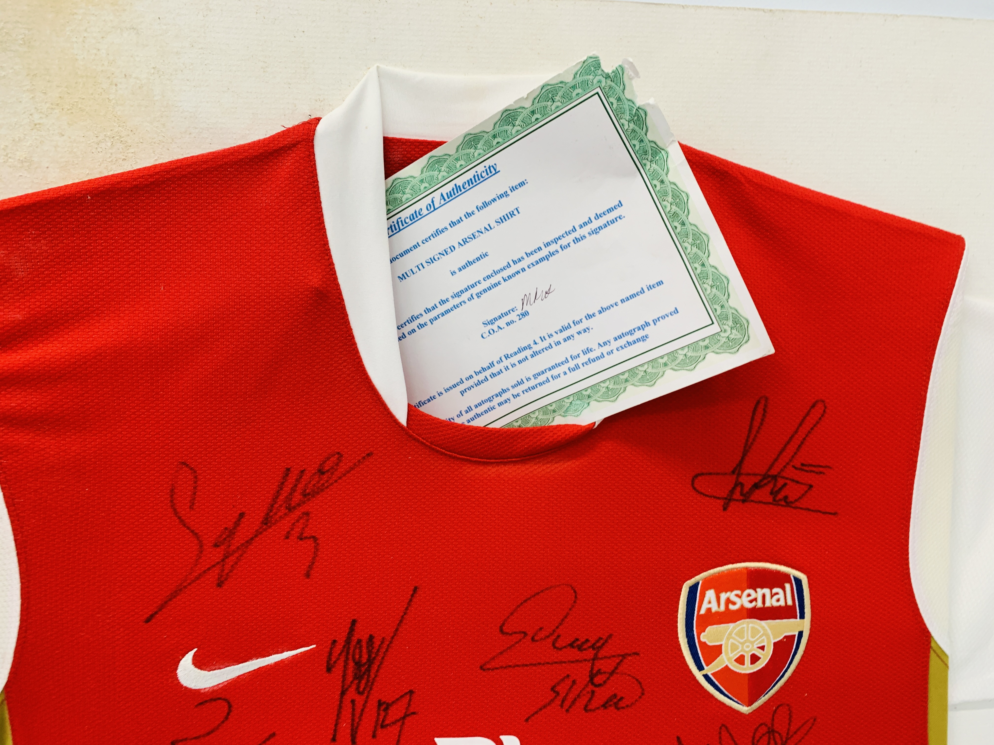 A MULTI SIGNED ARSENAL FOOTBALL SHIRT TEAM SQUAD 2007 / 2008 WITH CERTIFICATE AND FRAMED SIGNED - Image 11 of 13