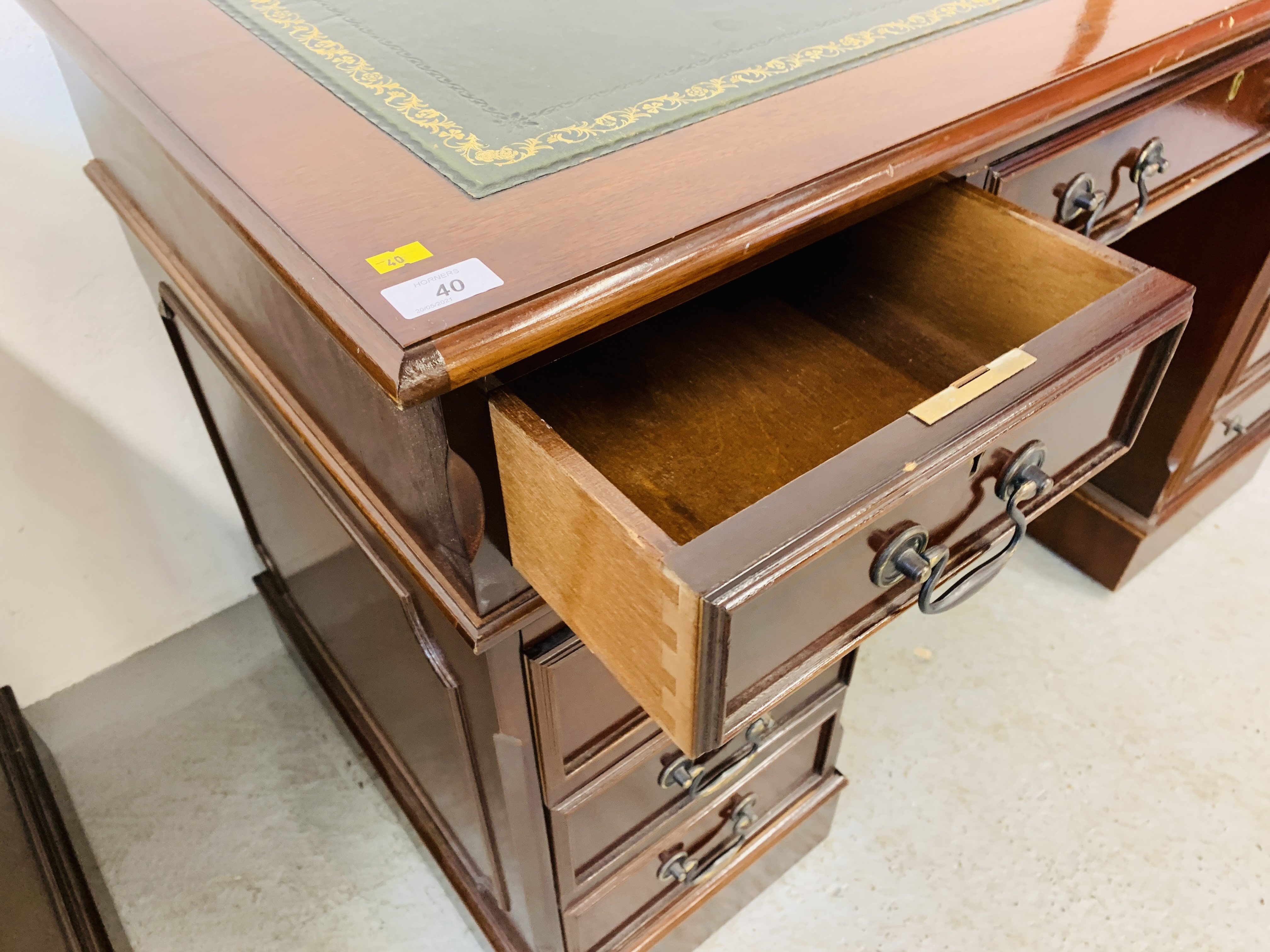 A REPRODUCTION MAHOGANY FINISH NINE DRAWER KNEE HOLE DESK WITH GREEN TOOLED LEATHER INSERT TO TOP - Image 14 of 14