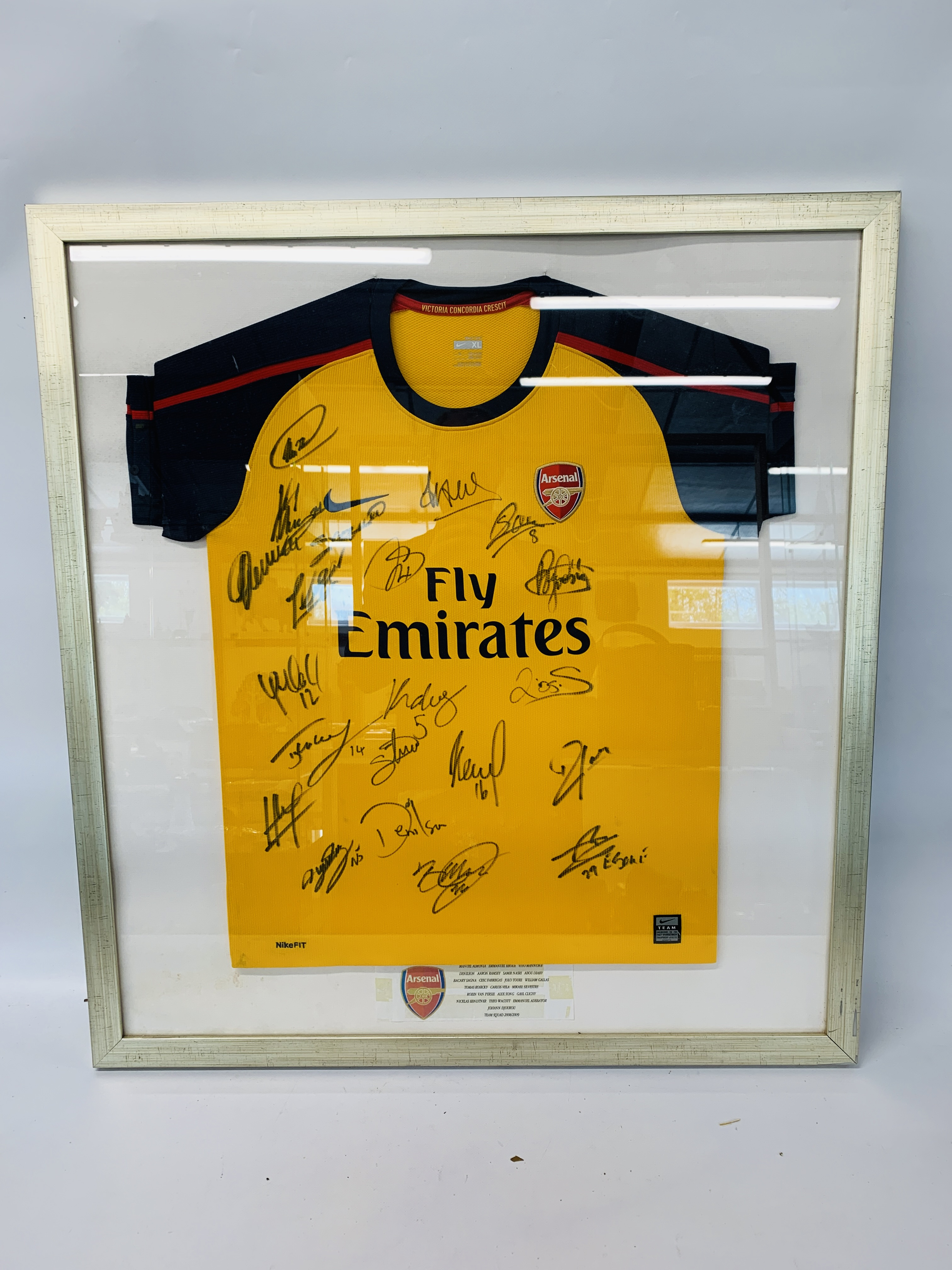 A MULTI SIGNED ARSENAL FOOTBALL SHIRT TEAM SQUAD 2007 / 2008 WITH CERTIFICATE AND FRAMED SIGNED