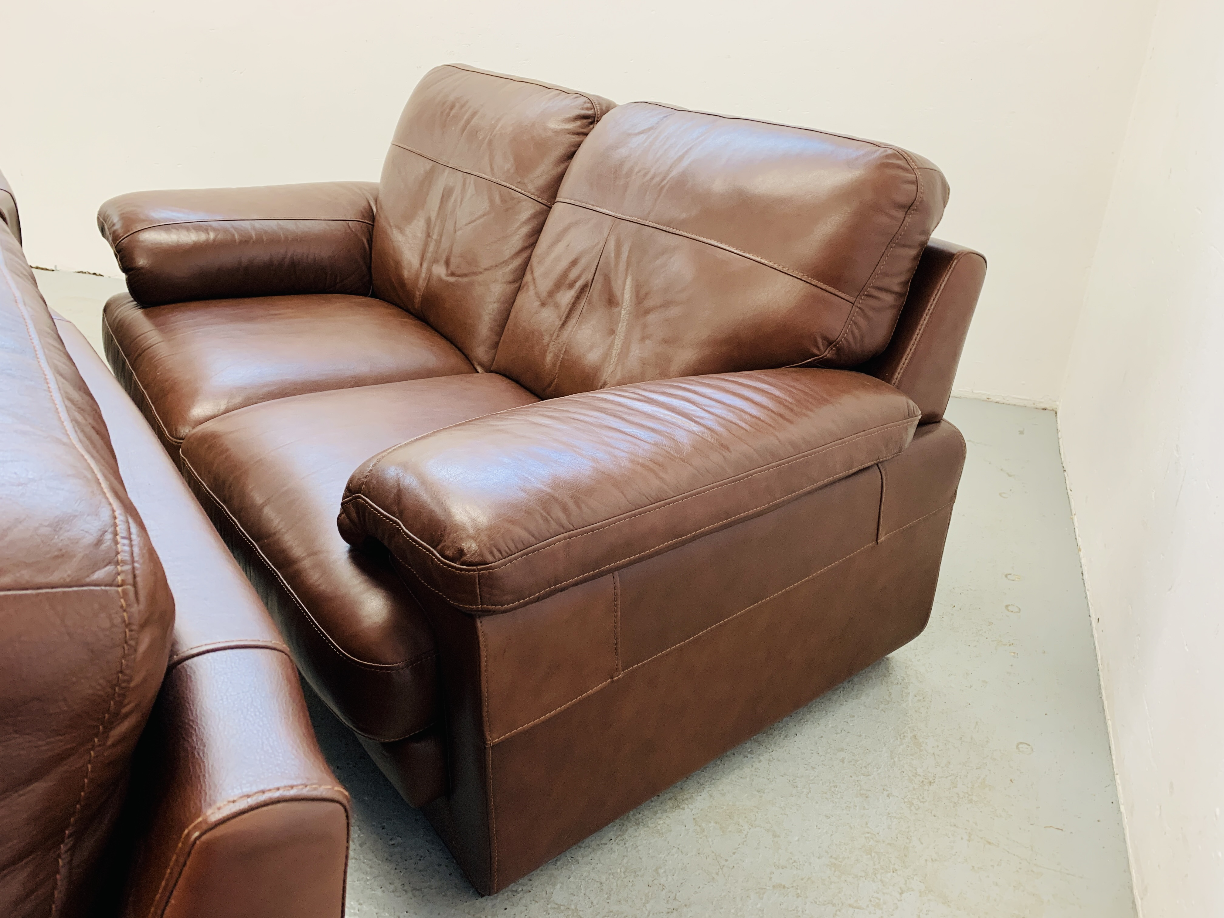 A GOOD QUALITY TAN LEATHER THREE PIECE LOUNGE SUITE WITH MATCHING POUFFE - Image 16 of 17
