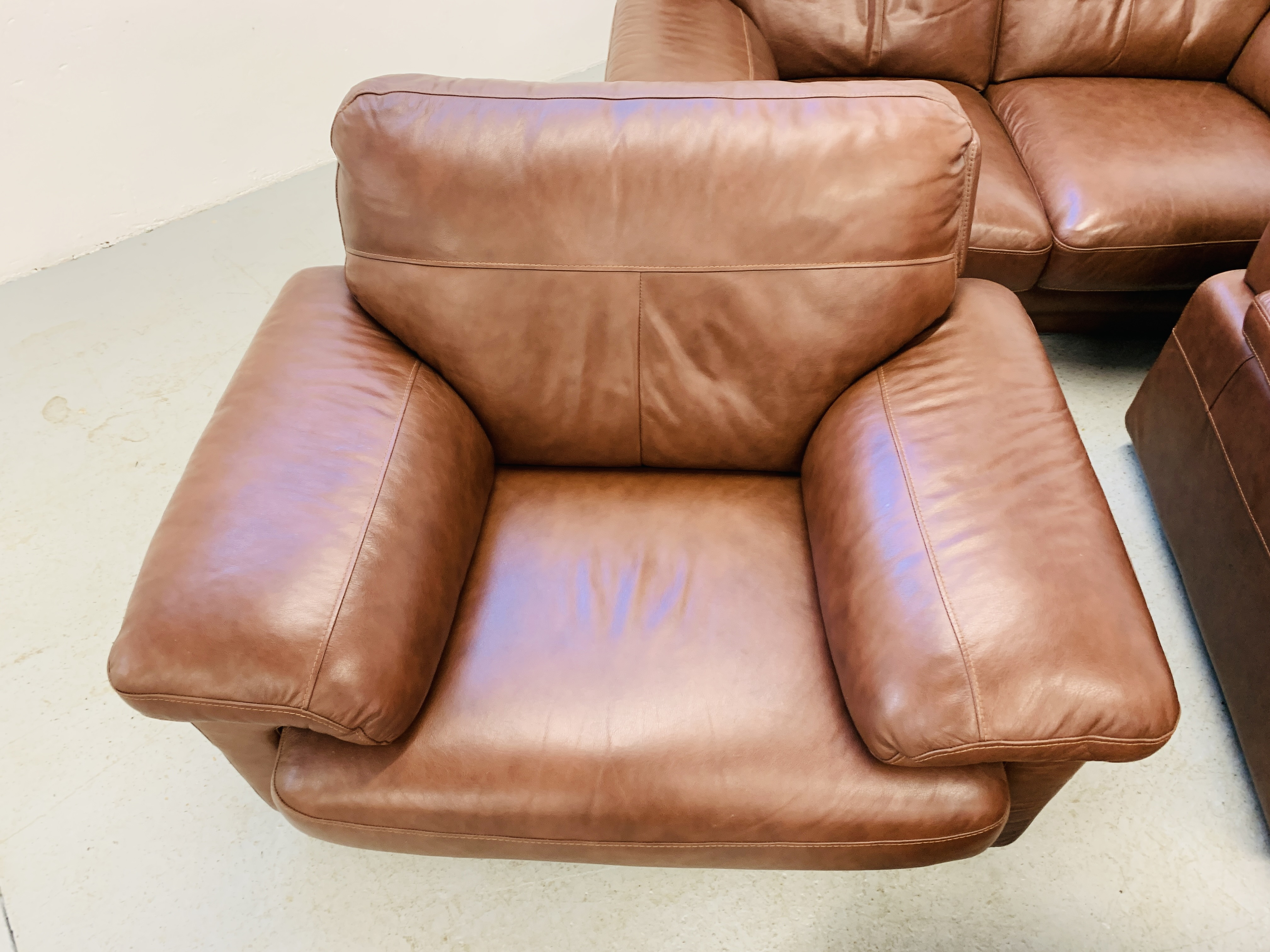 A GOOD QUALITY TAN LEATHER THREE PIECE LOUNGE SUITE WITH MATCHING POUFFE - Image 9 of 17