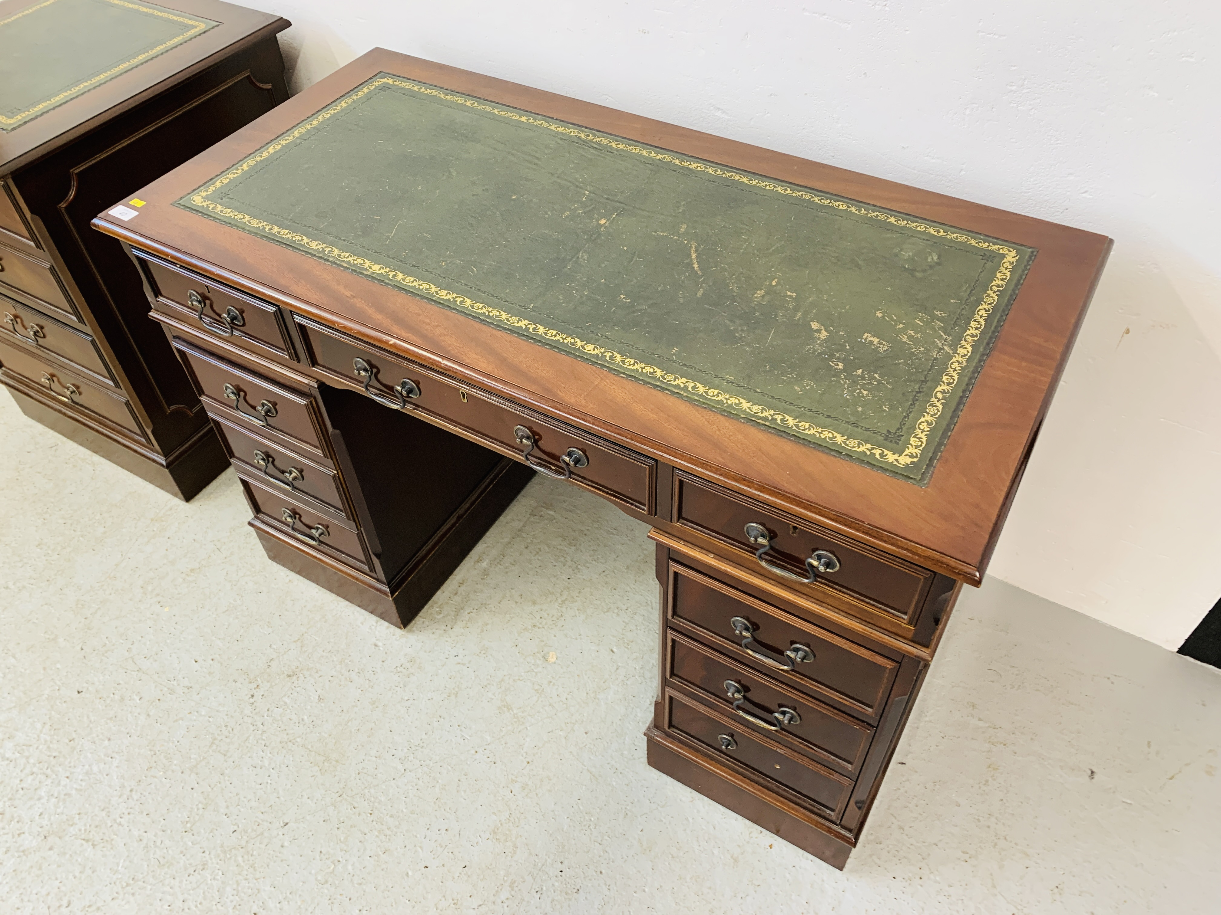 A REPRODUCTION MAHOGANY FINISH NINE DRAWER KNEE HOLE DESK WITH GREEN TOOLED LEATHER INSERT TO TOP - Image 4 of 14
