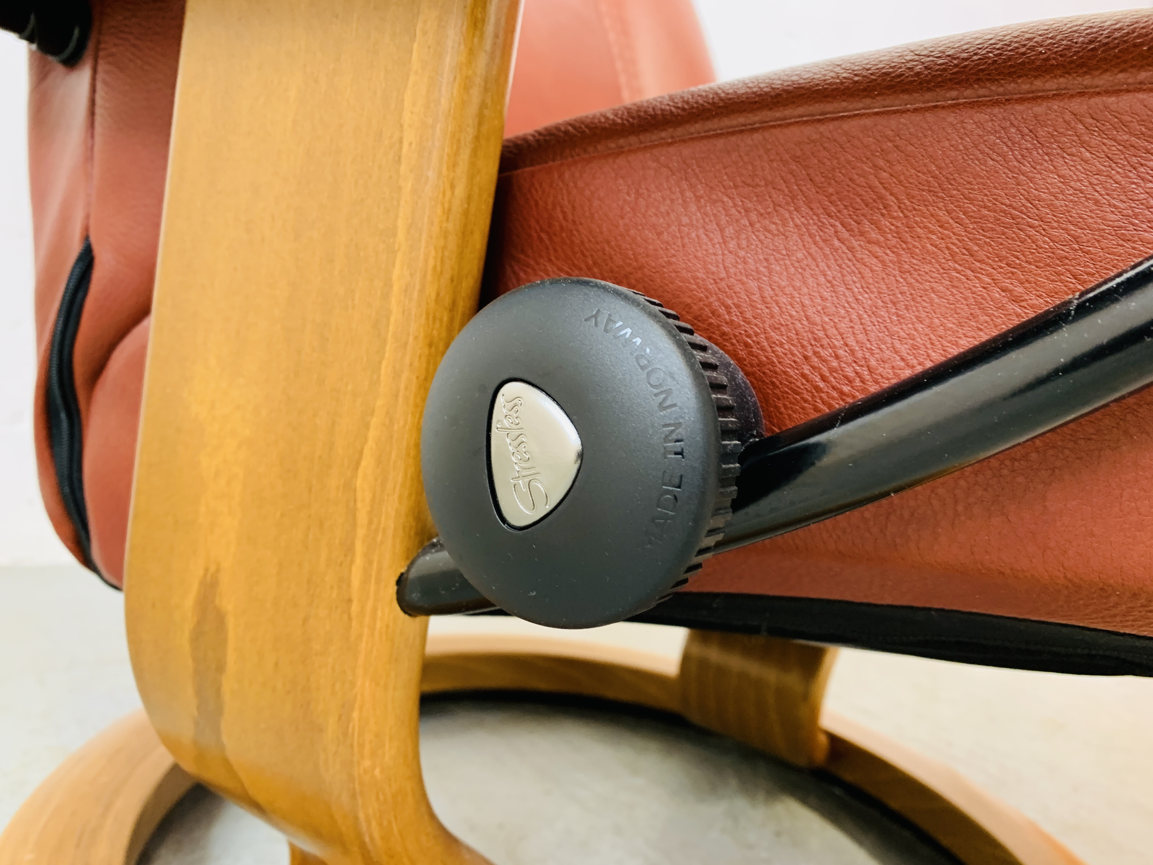 A STRESSLESS TAN LEATHER RELAXER CHAIR - Image 4 of 12