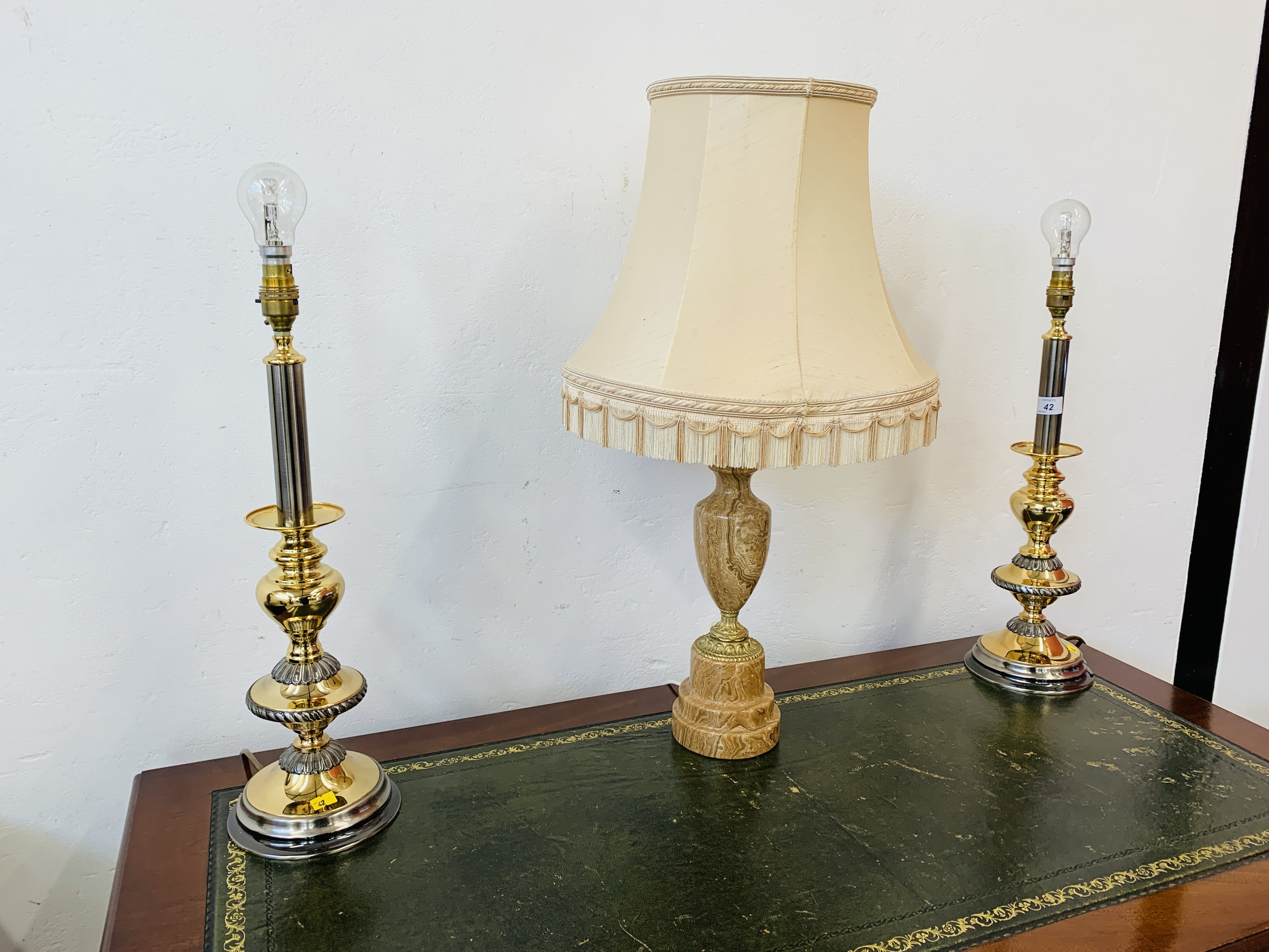 A GOOD QUALITY MARBLE TABLE LAMP ALONG WITH A PAIR OF MODERN POLISHED METAL TABLE LAMPS - SOLD AS - Image 12 of 12