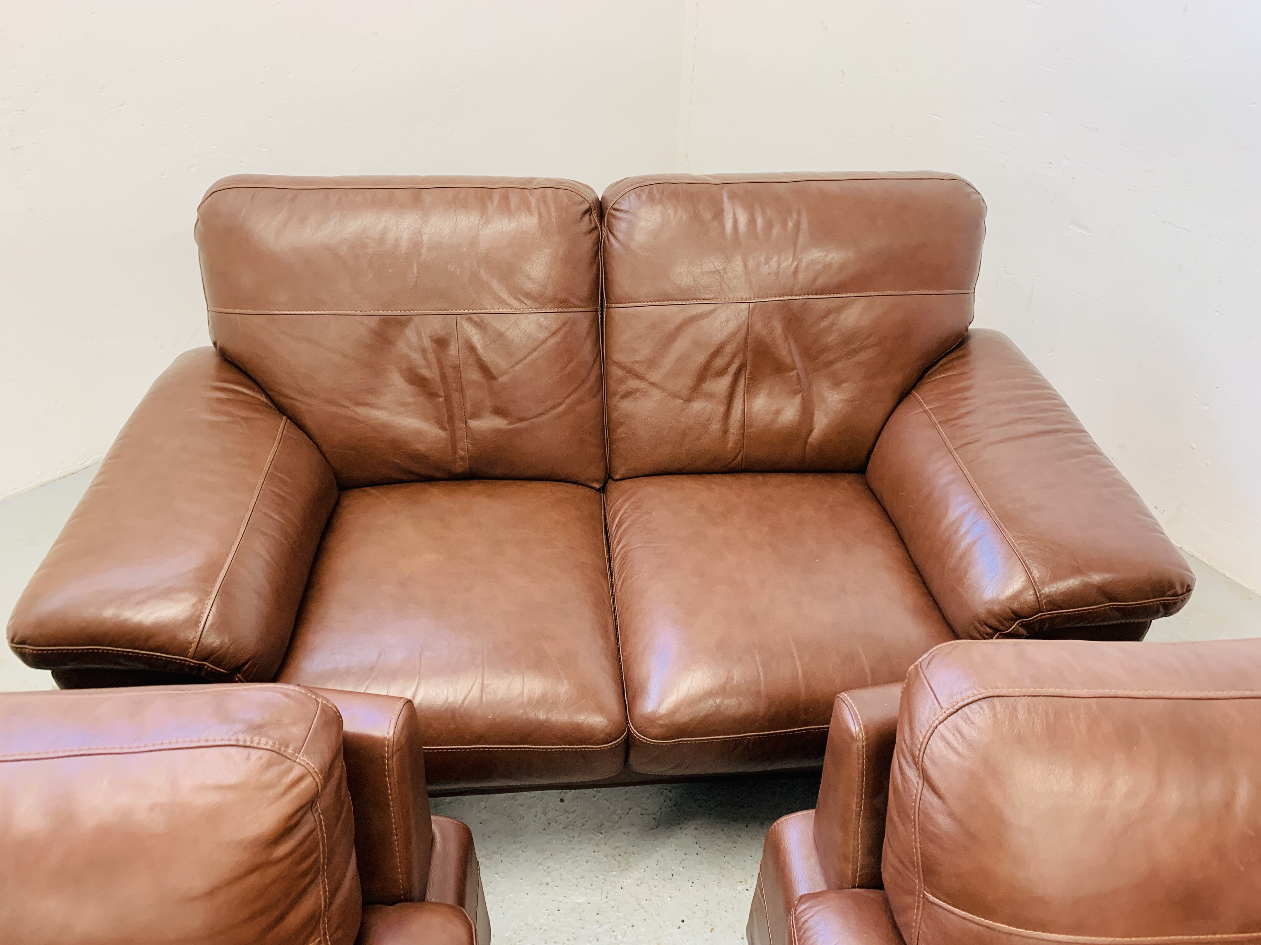 A GOOD QUALITY TAN LEATHER THREE PIECE LOUNGE SUITE WITH MATCHING POUFFE - Image 14 of 17