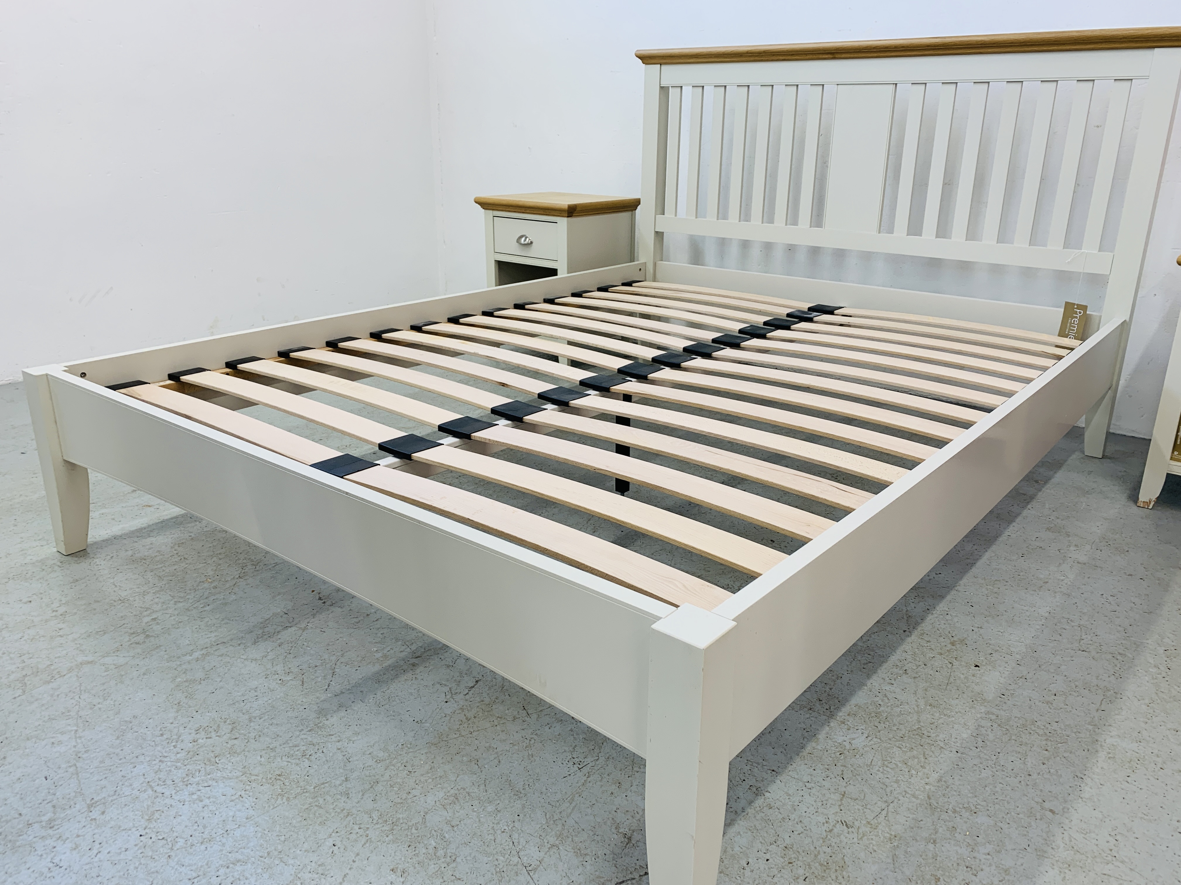 A PREMIER COLLECTION DESIGNER KING SIZE BEDSTEAD WITH MATCHING PAIR OF SINGLE DRAWER BEDSIDE STANDS - Image 14 of 15